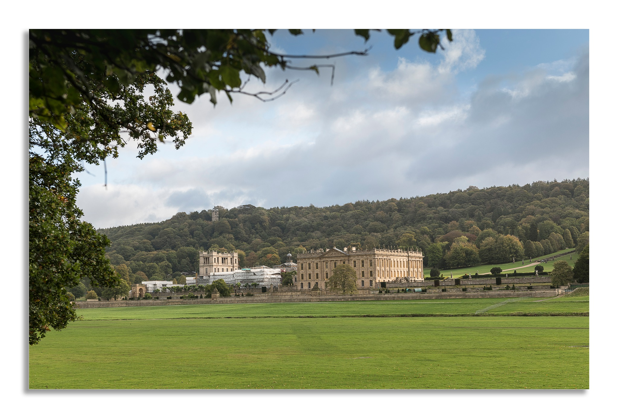 chatsworth house in Autumn. by johnhjic