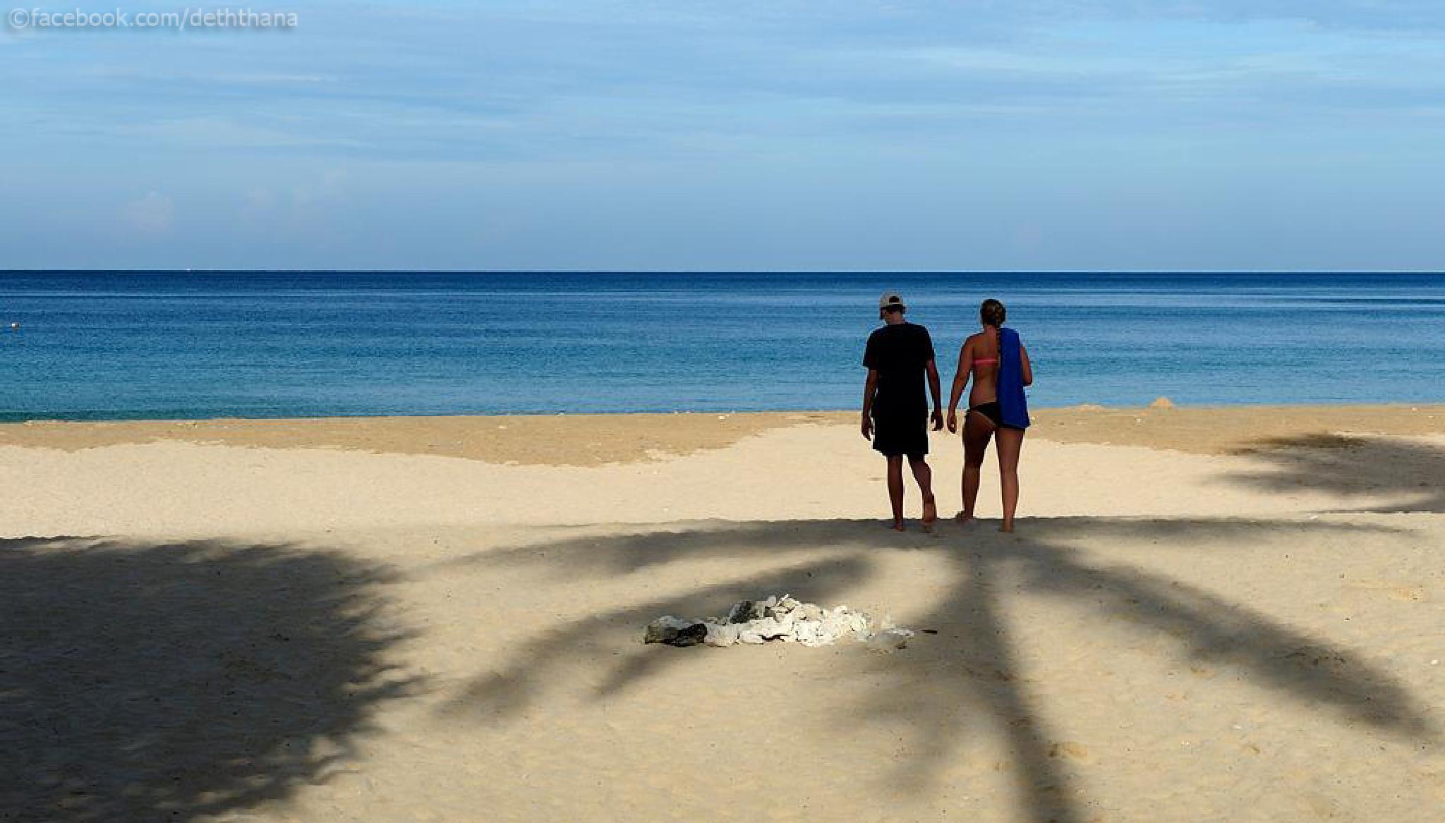 Together on the beach by Deththana Athithanaphokin