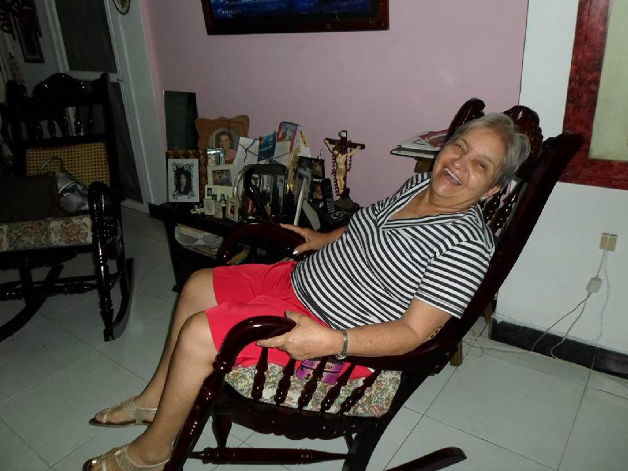 Señora descansando y divertiendose en su sala sanandresana by castariza