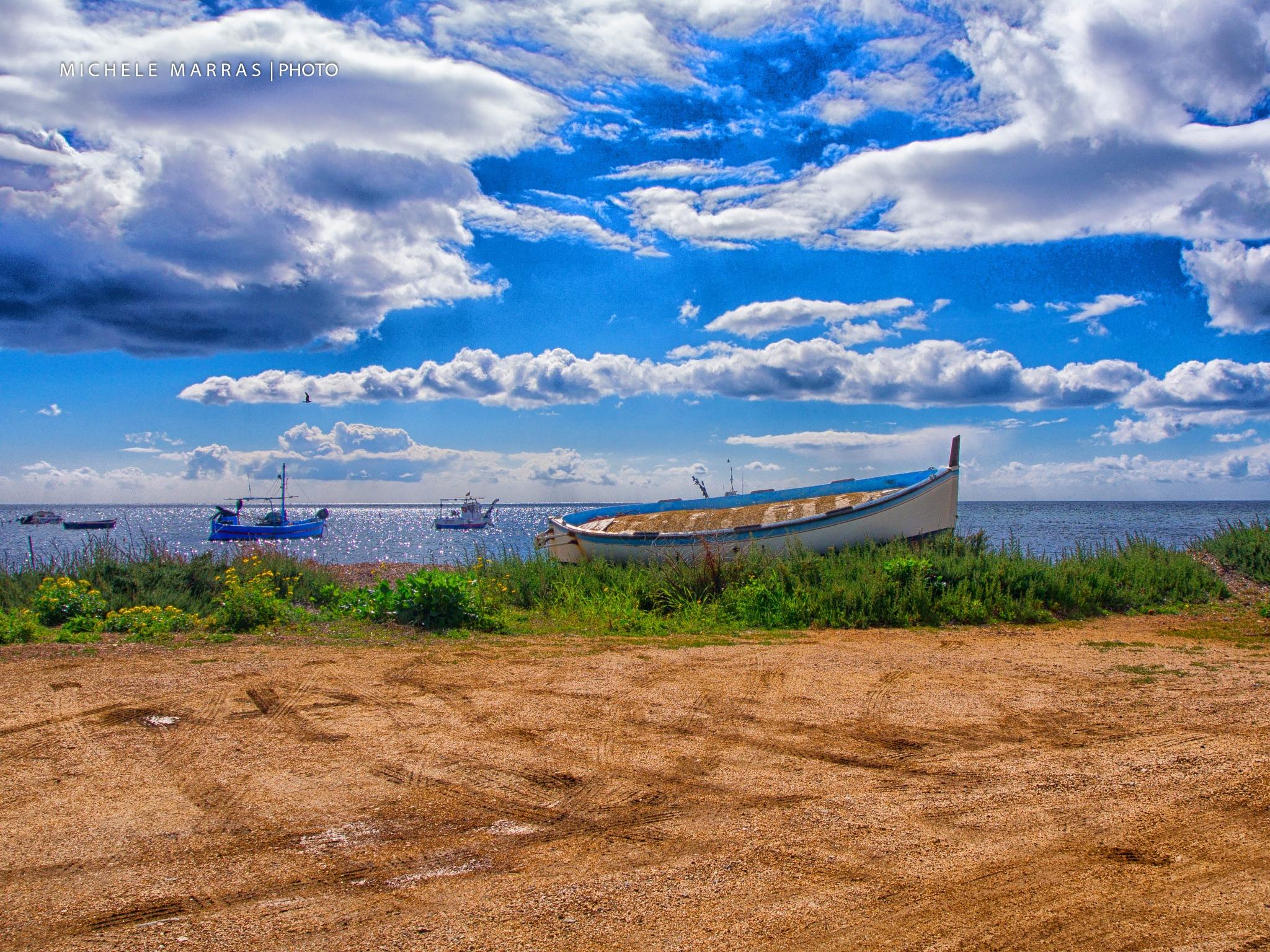 Barche e nuvole nella baia by Michele Pinna Marras