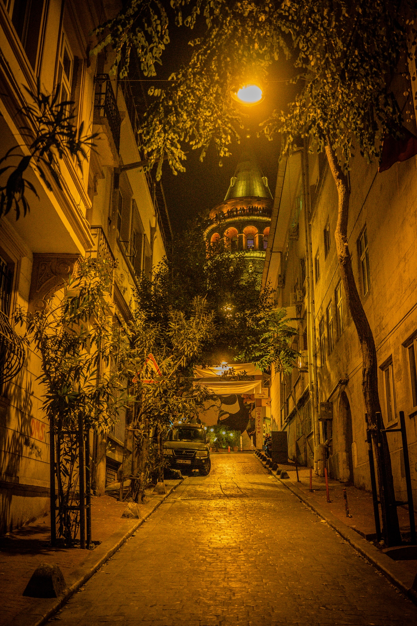 Istanbul by night by jonathanr