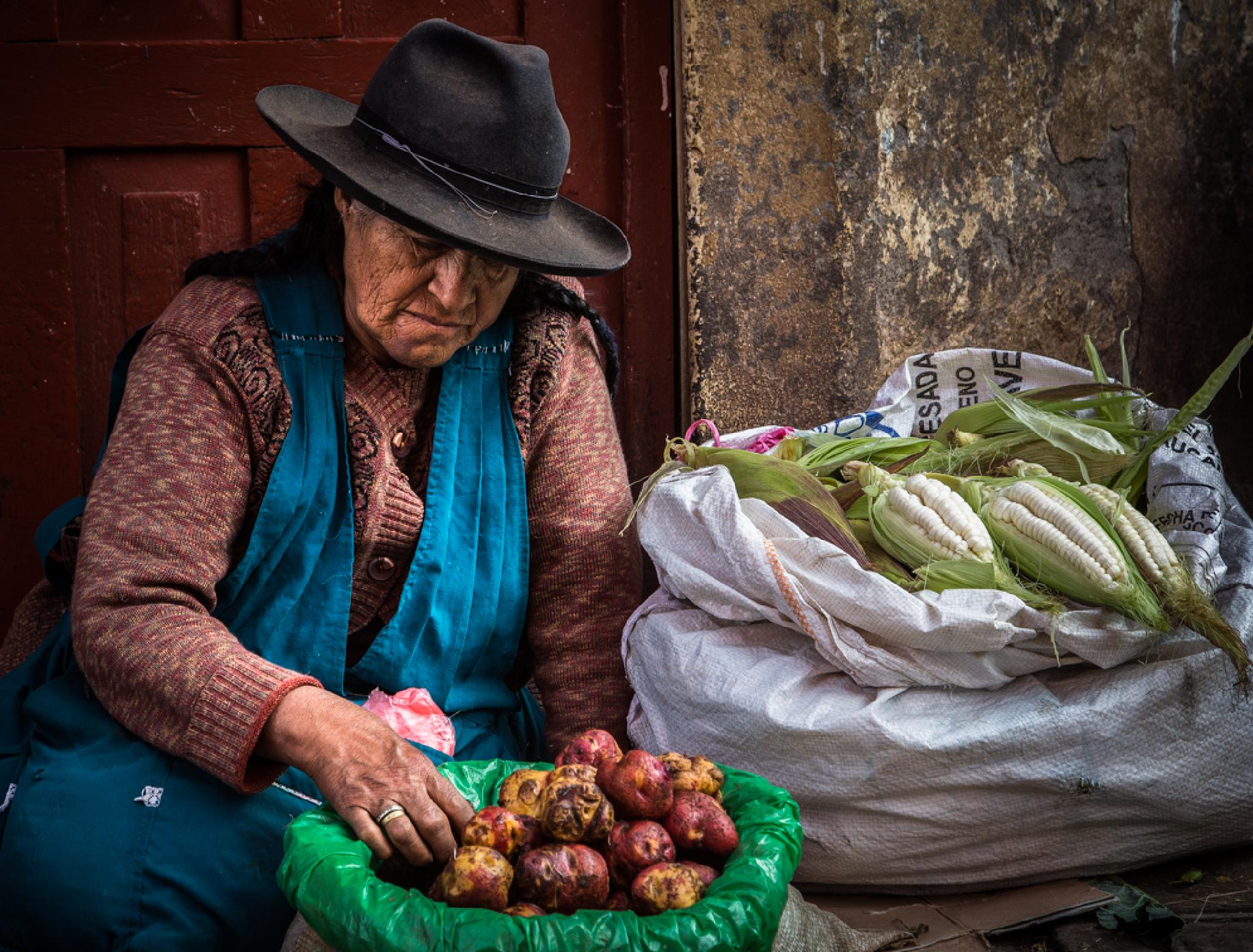 The old lady at the market of Chinchero. by sergeferland123