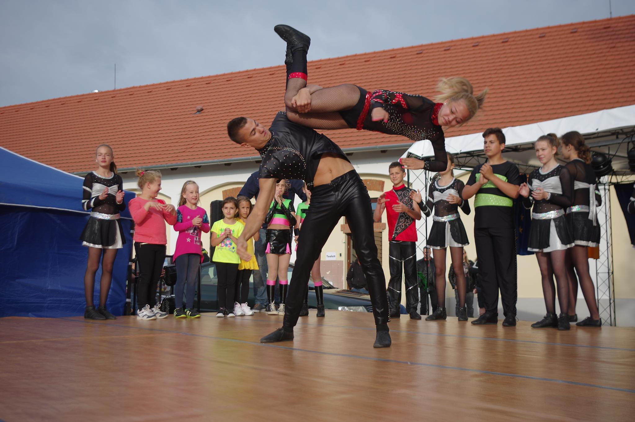 Dance dance by Pipli
