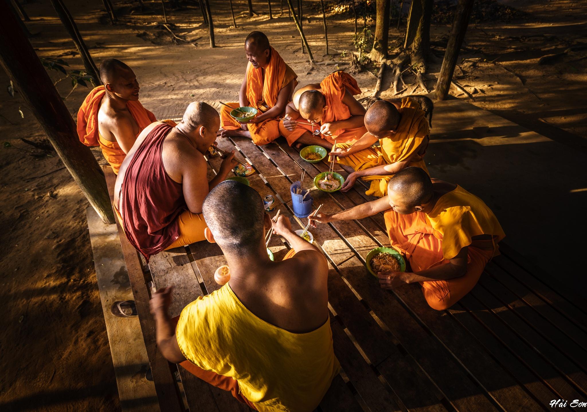 The breakfast of monks by Hải Sơn