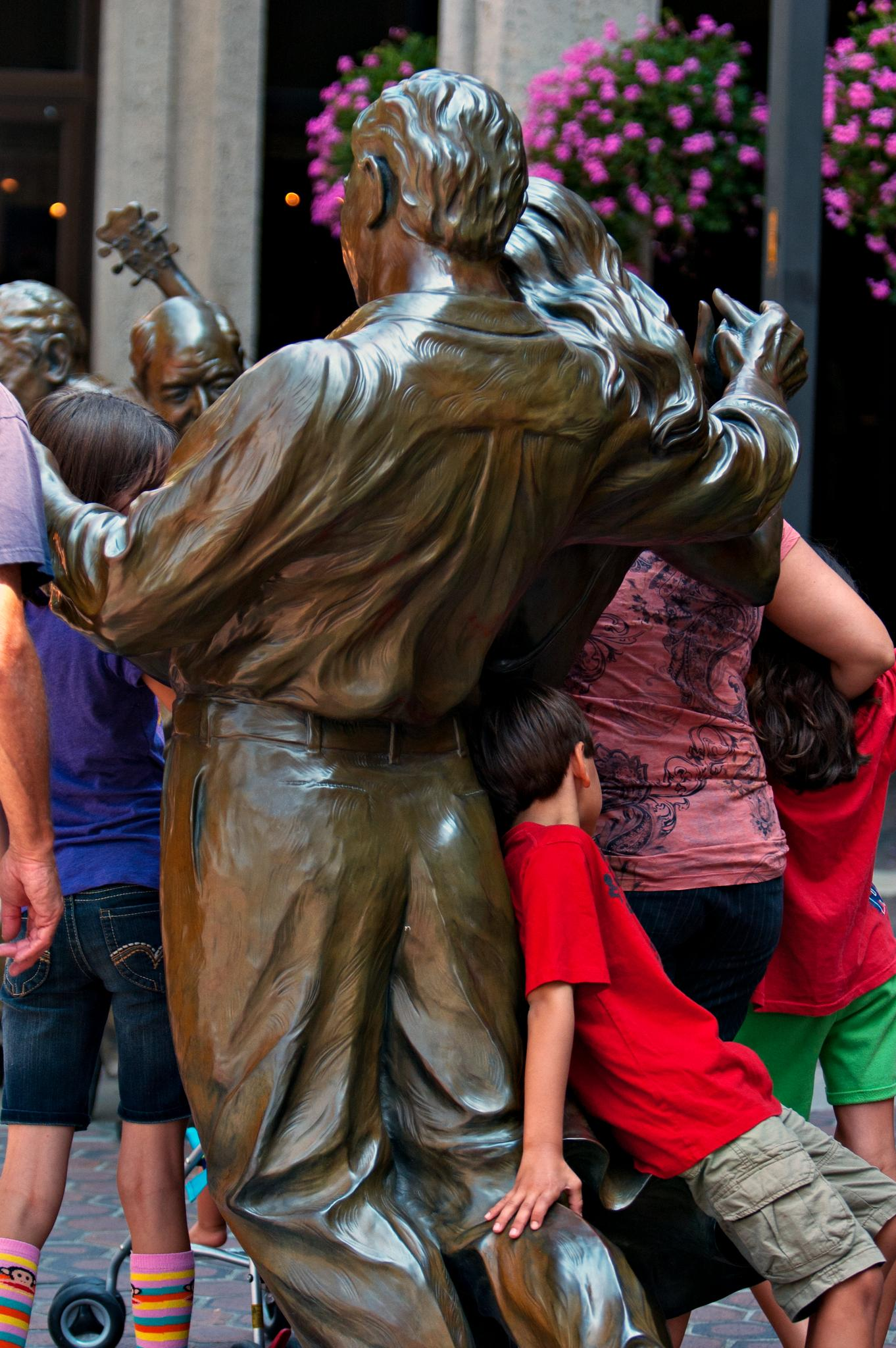 People & Statues by Dealsnphotos