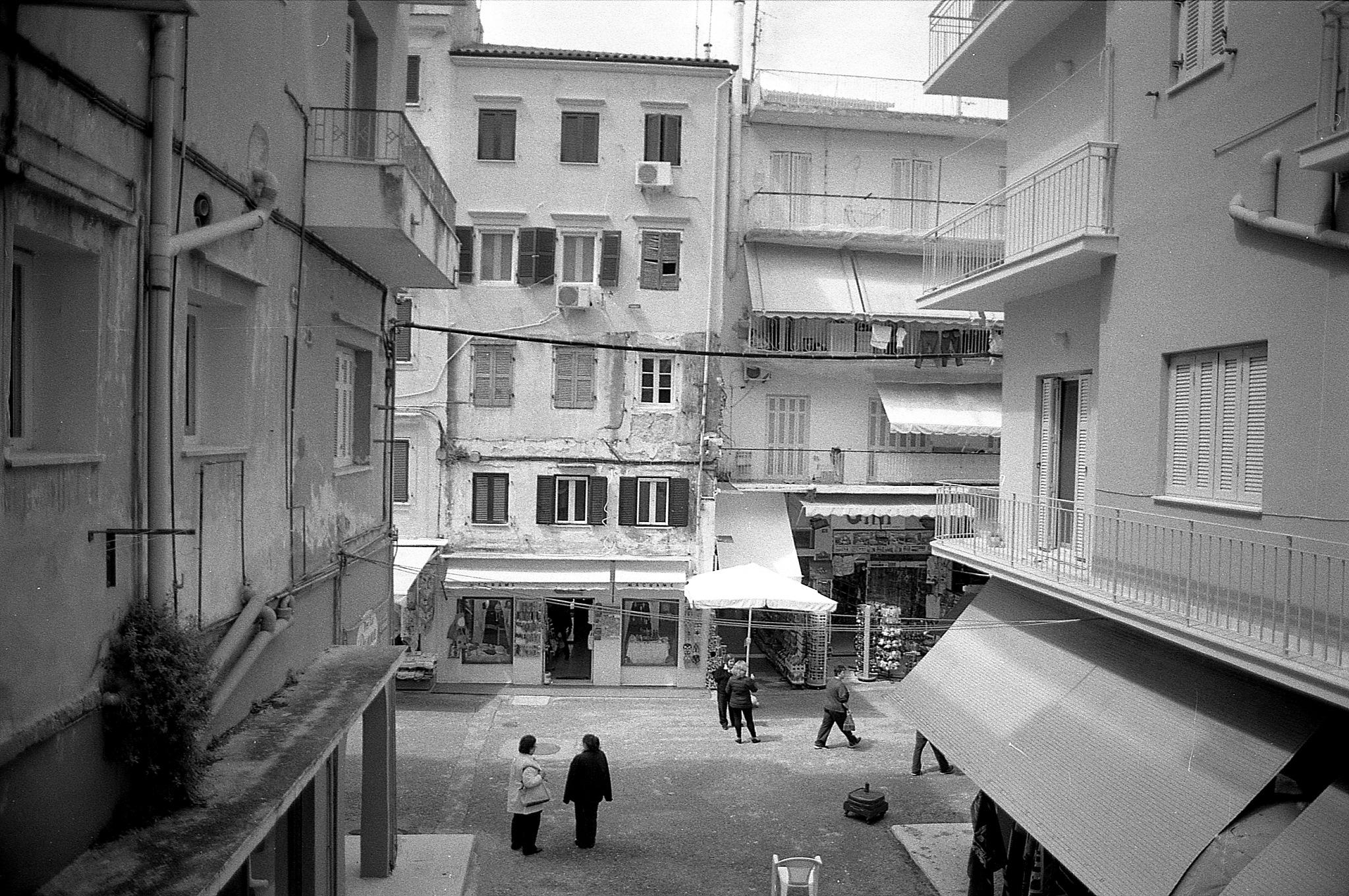 Compre e vende la città by  Sotiris Hartzavalos