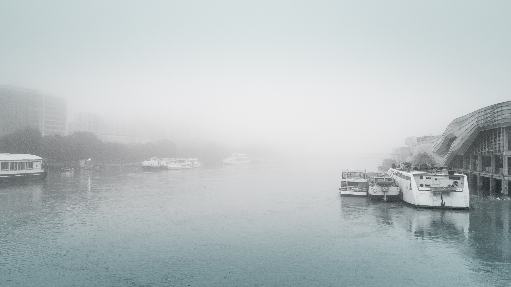 Fog on the Seine river by Hervé Samson