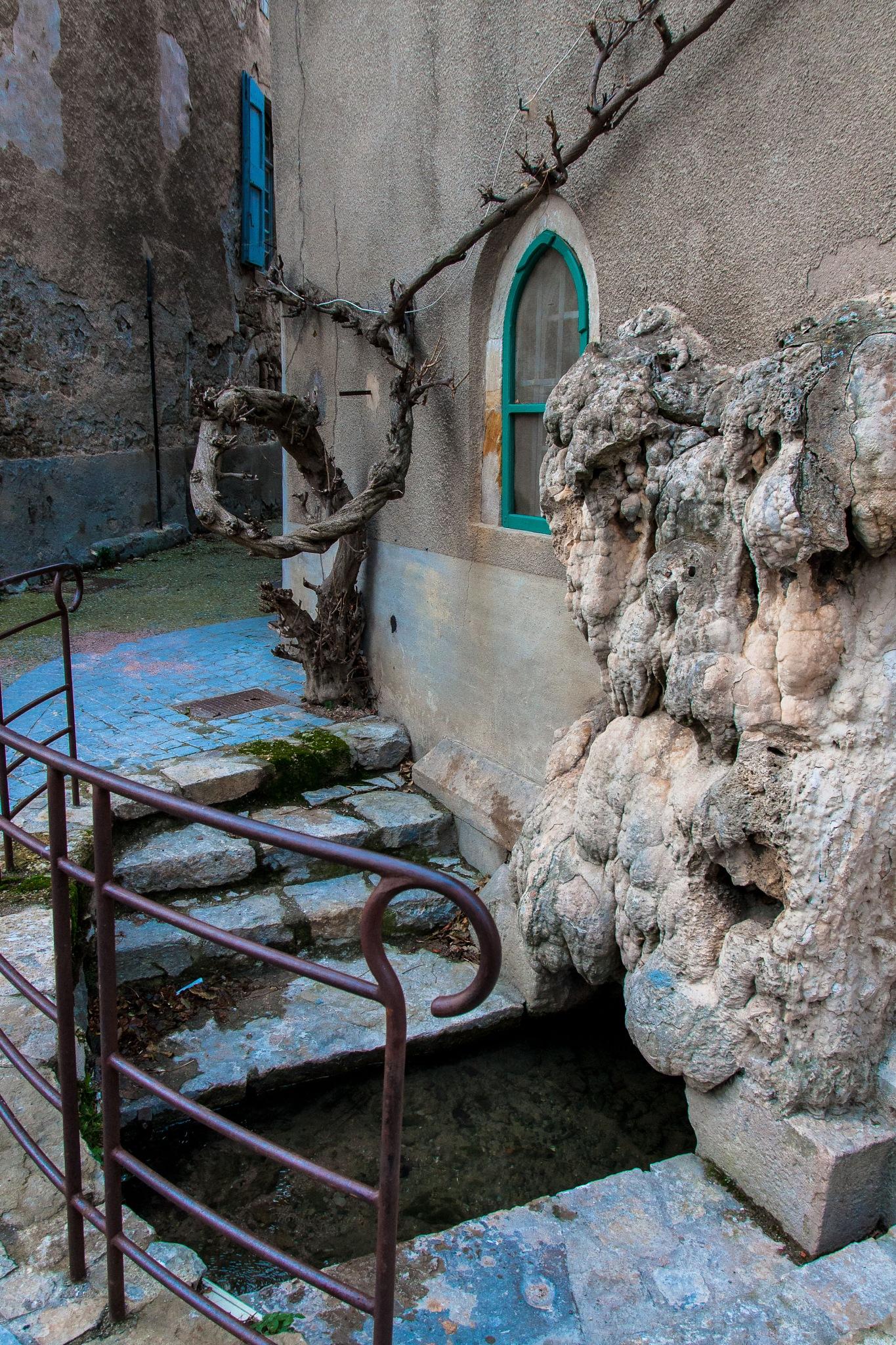 The old fountain by Hervé Samson