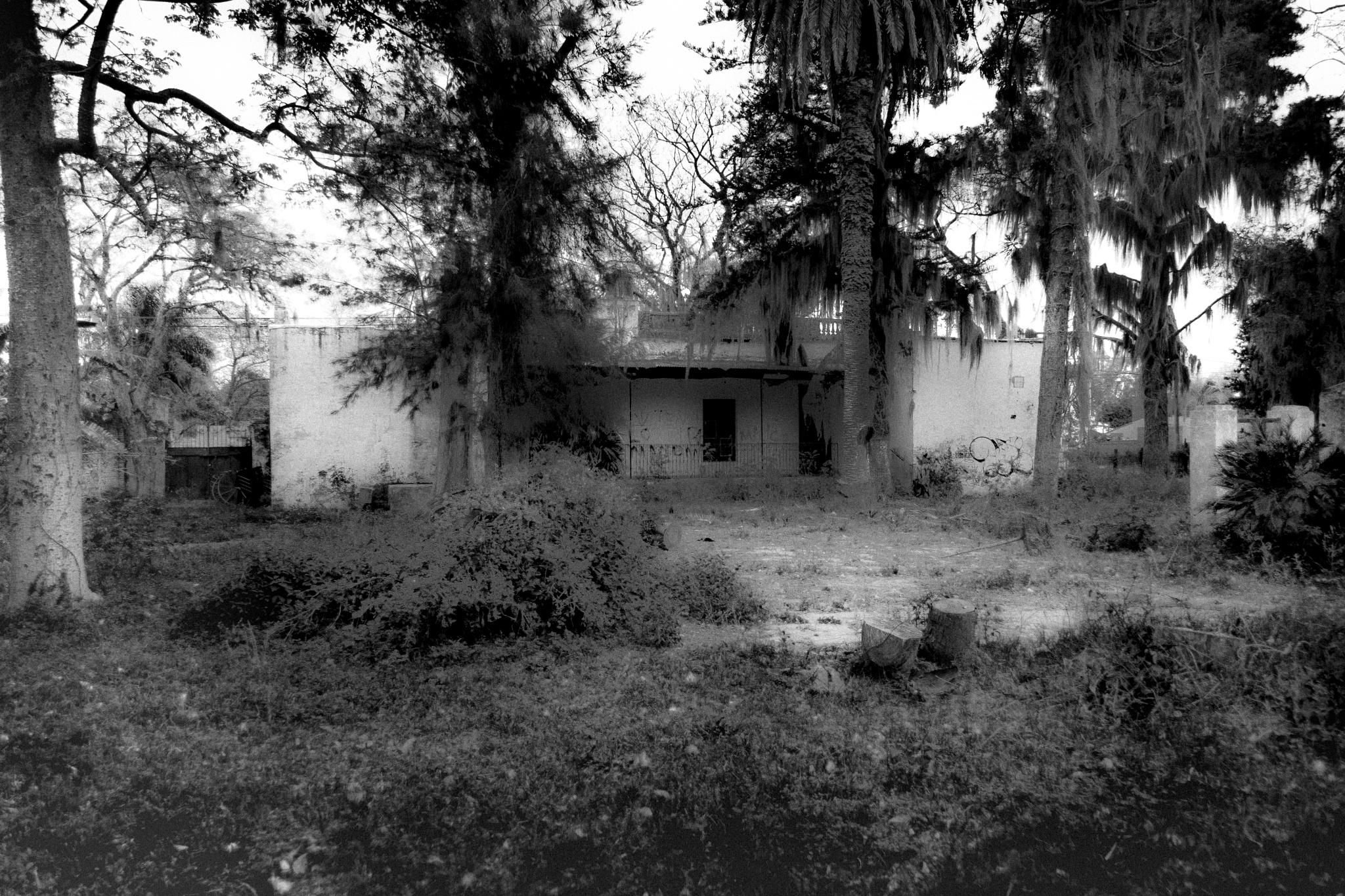 Casa abandonada atras de la comisaría en San José del Rincón by Luis Medrano Pizarro