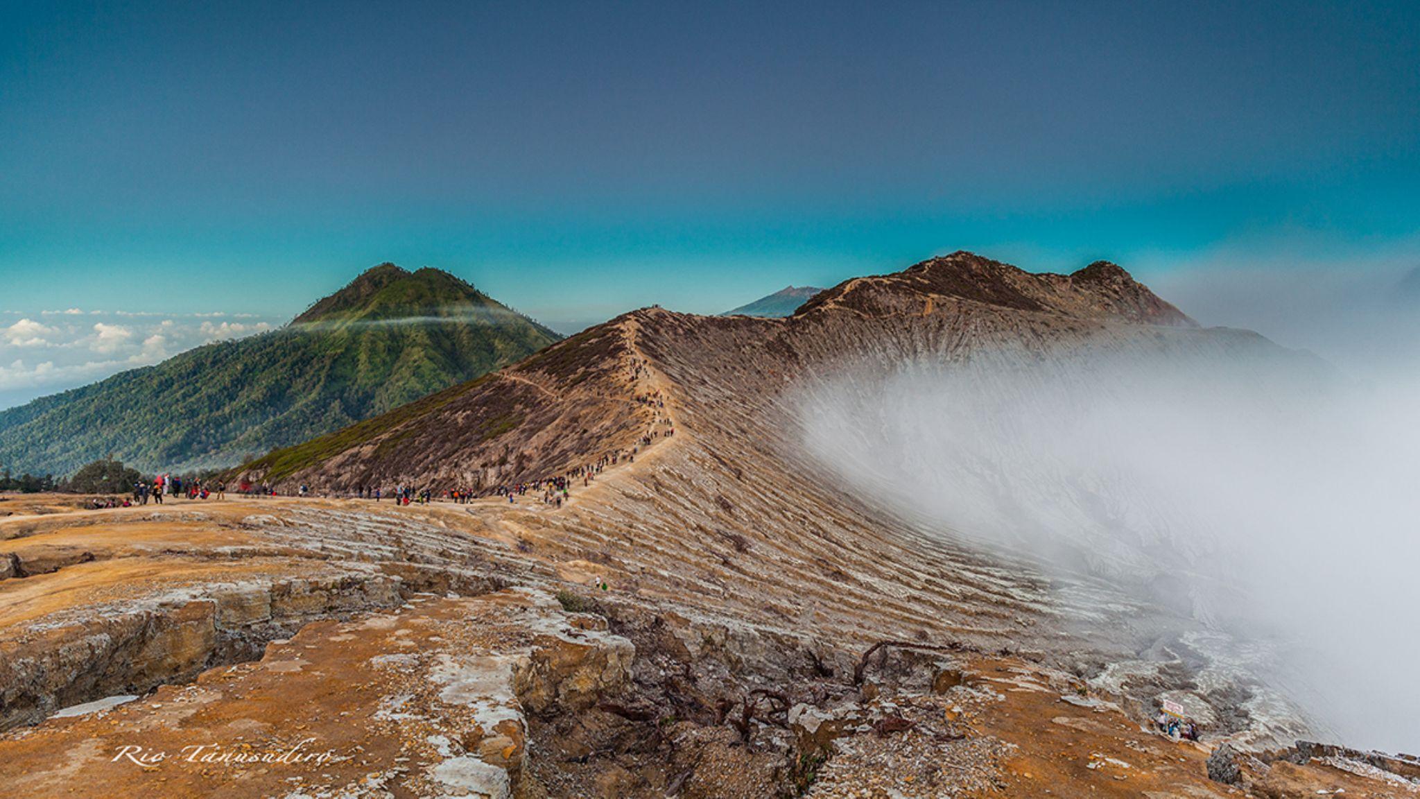 Ijen crater by Rio Tanusudiro