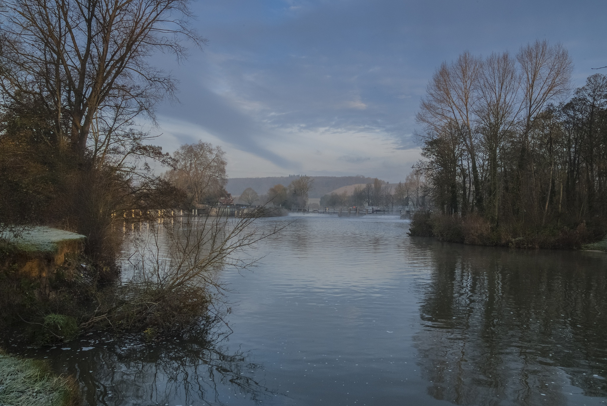 Mapledurham weir  by Jim Hellier