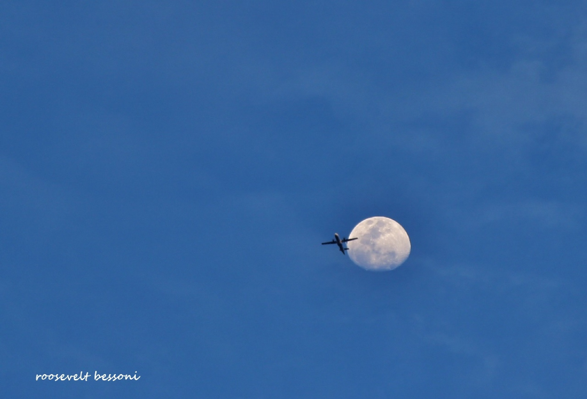 a Lua e o avião (the moon and the plane) by RooseveltBessoni