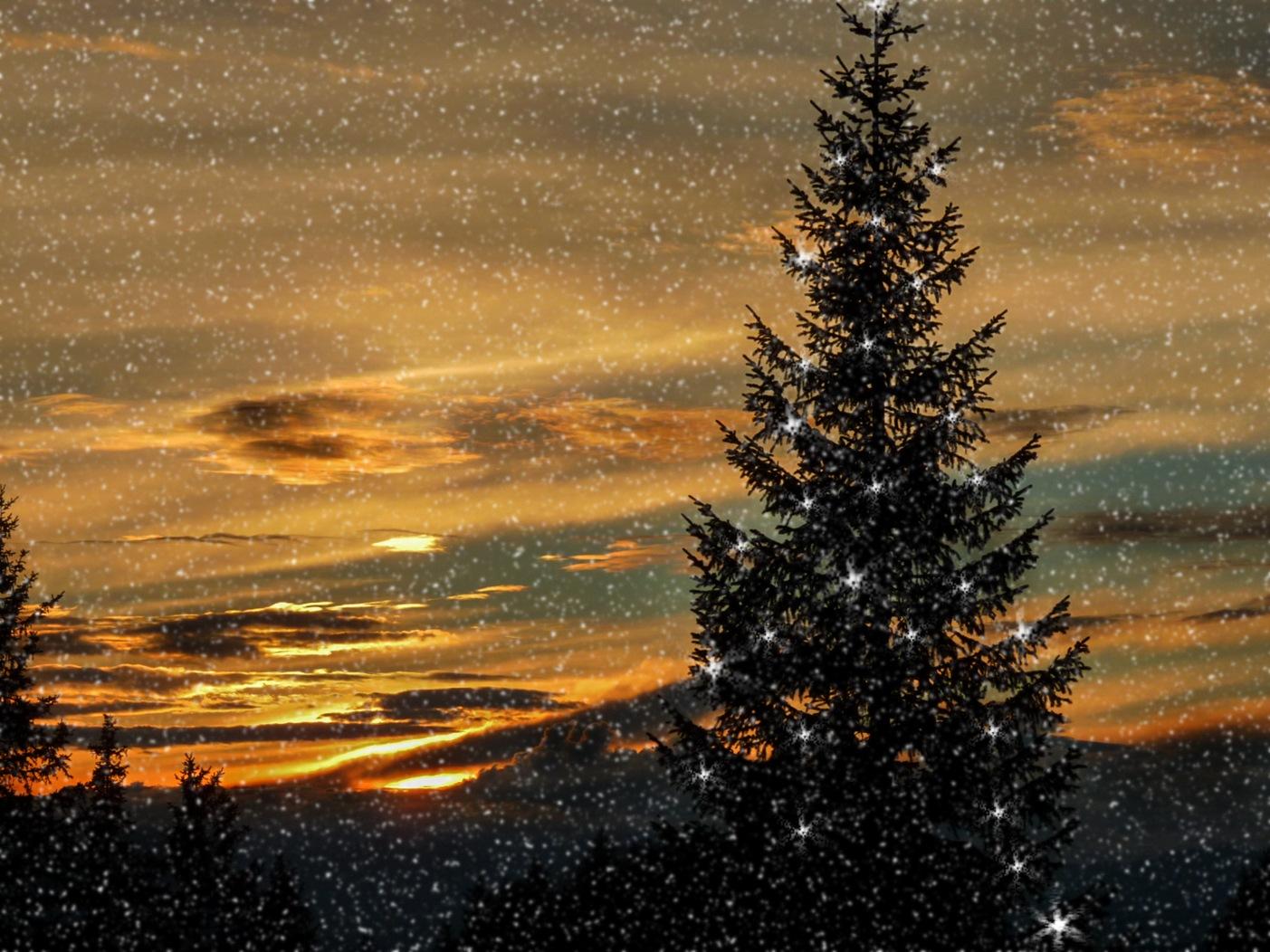 Weihnachtszeit in Tirol mit leichtem Schneefall by Bernd Titelius