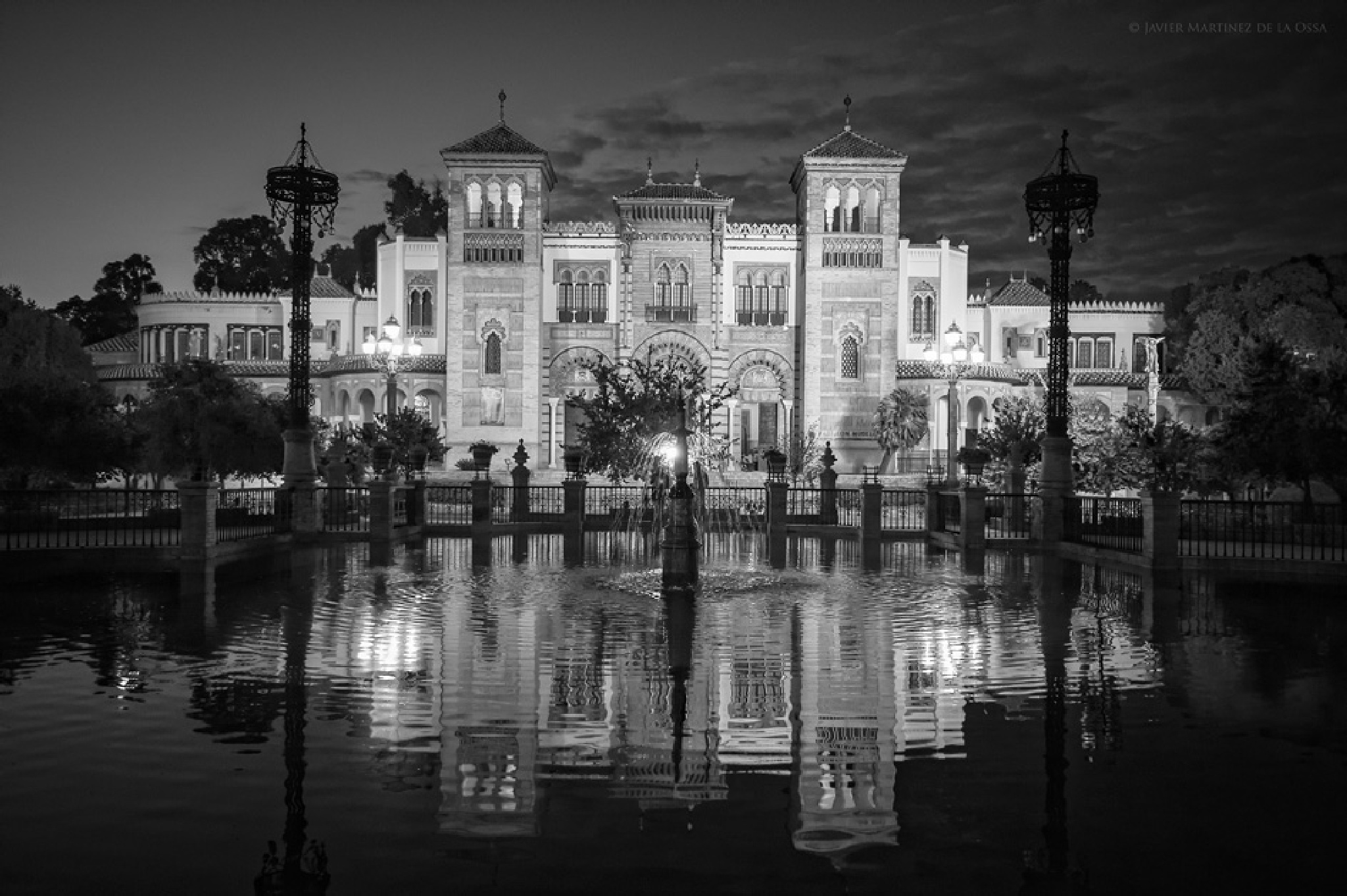 Nocturna en la Plaza de América. by Javier Martinez de la Ossa