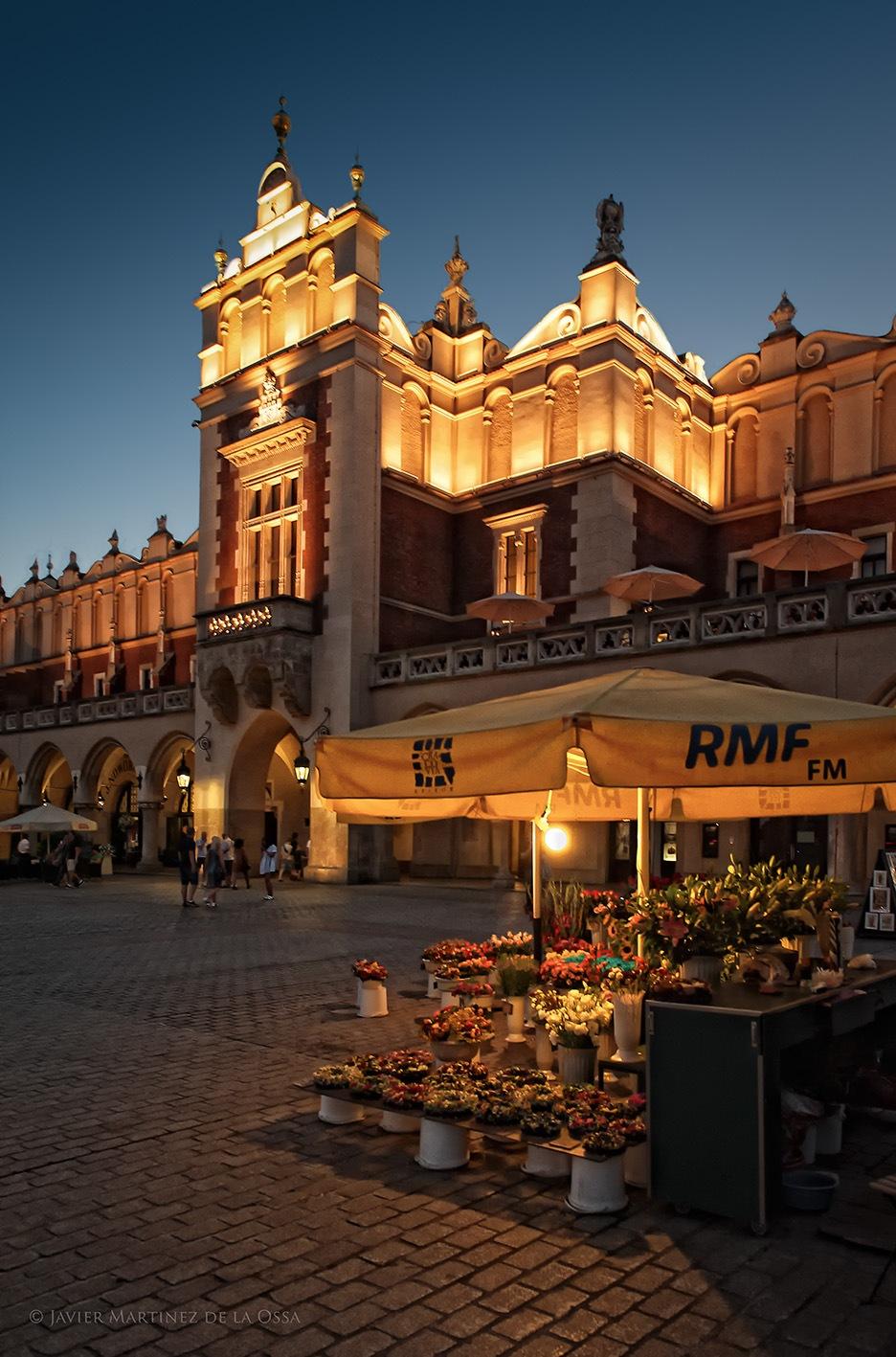 Puesto de flores en Cracovia. by Javier Martinez de la Ossa