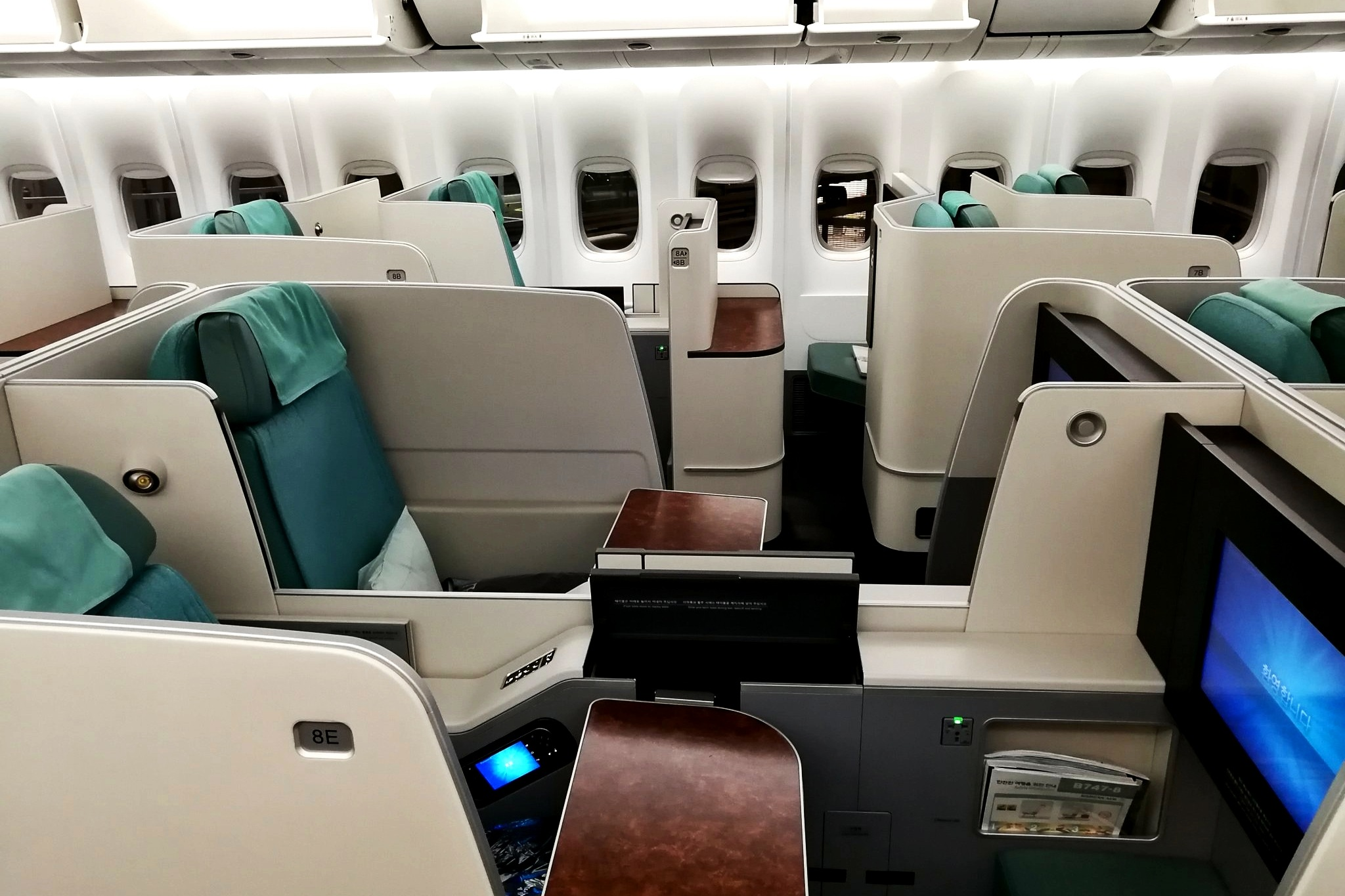 business class Boeing 747-800 by DANIEL F