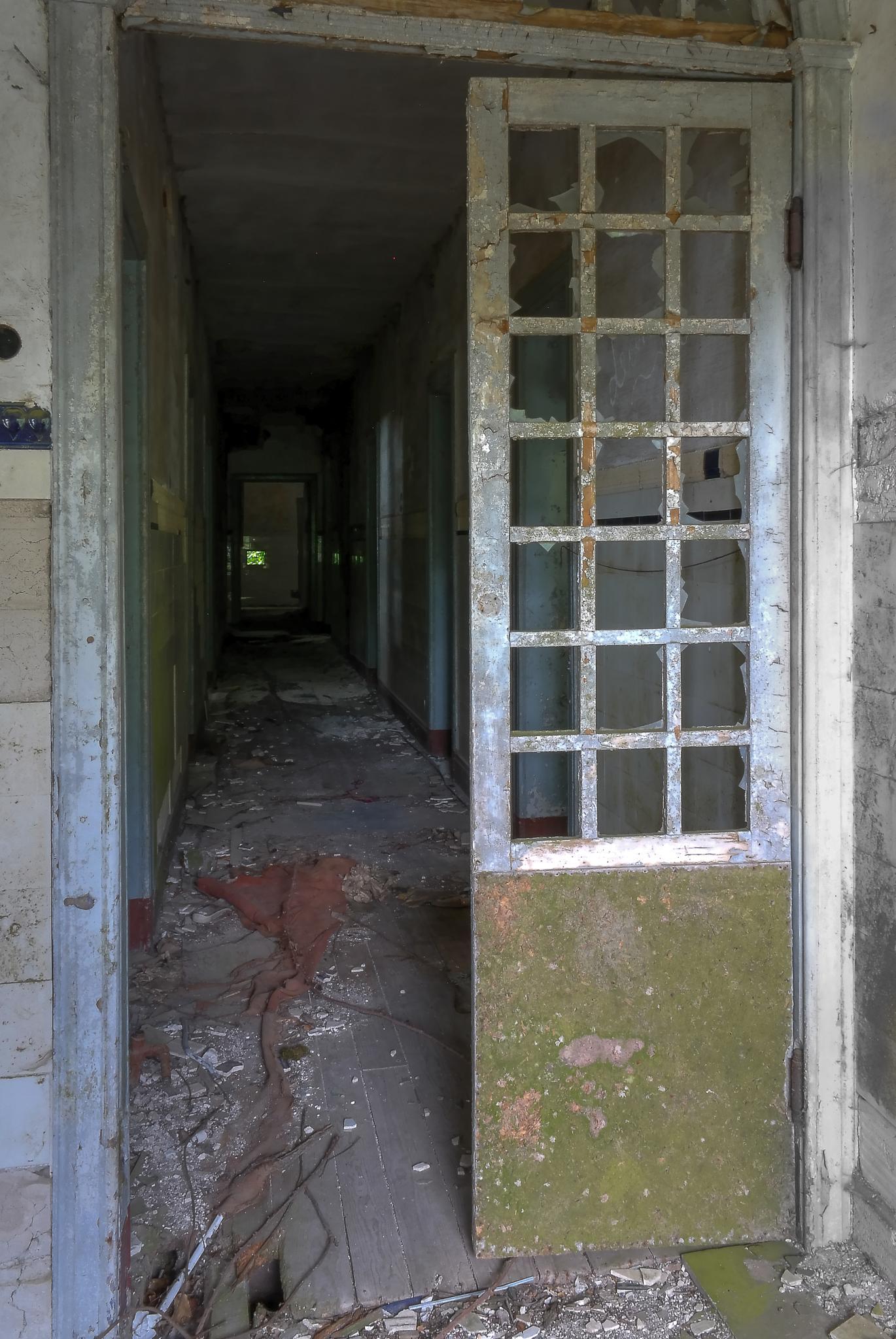 Dark corridor by rvanhegelsom