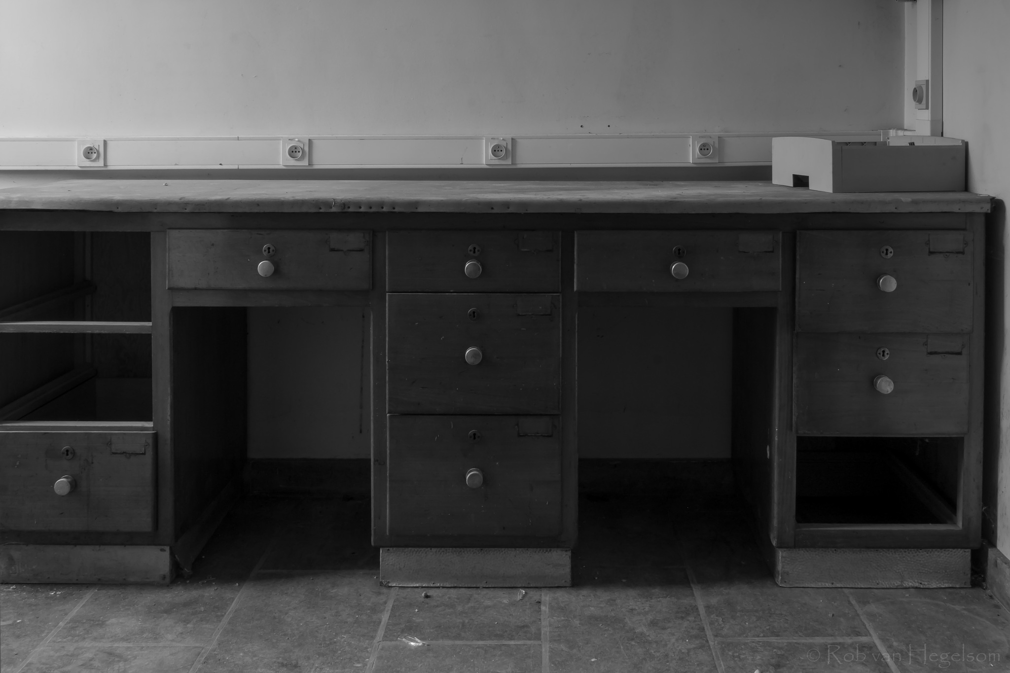 Empty office by rvanhegelsom