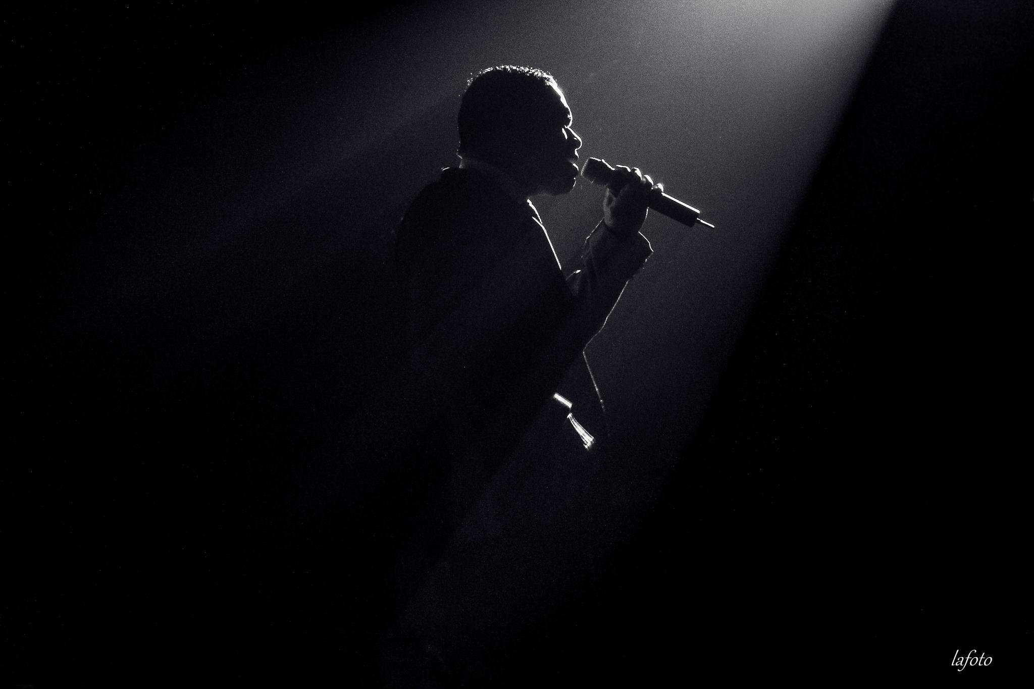 Photo in Black and White #chanteur #lafoto #noir #noir et blanc #music #musique #portrait #lumière #micro #homme #chante #fond noire