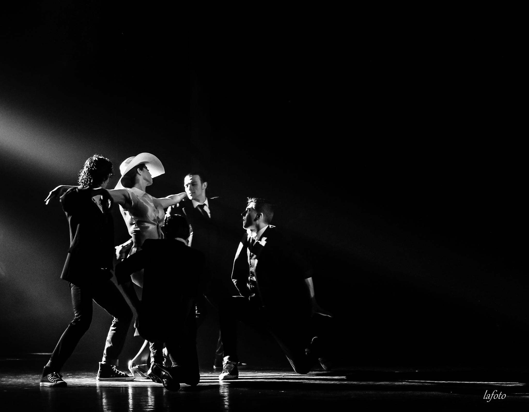 Photo in Black and White #femme #homme #groupe #danse #dance #music #musique #noir et blanc #lafoto #spectacle #photo #galante #drague #travel #light #lumière