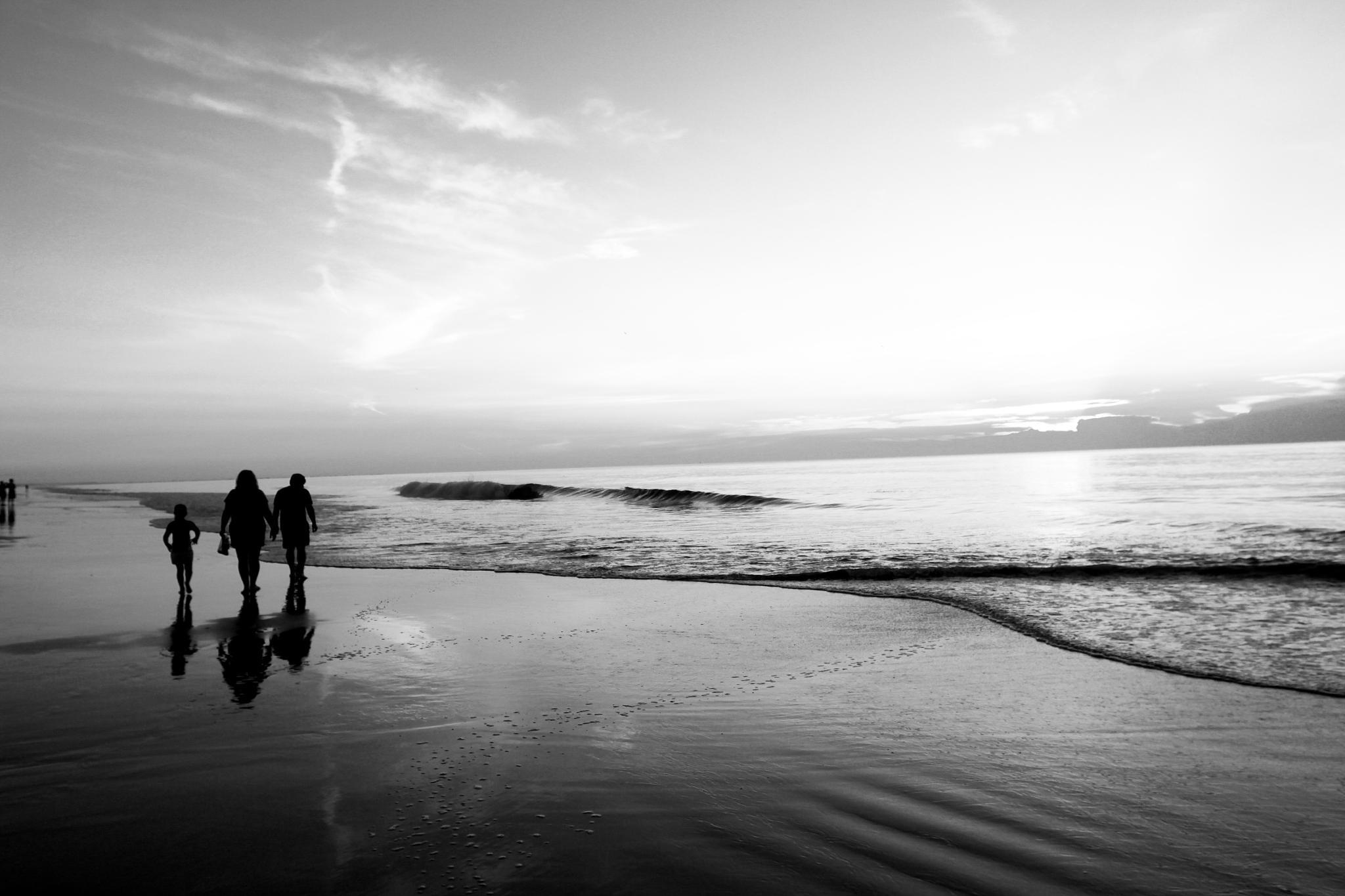 b/w beach by Melanie Smith