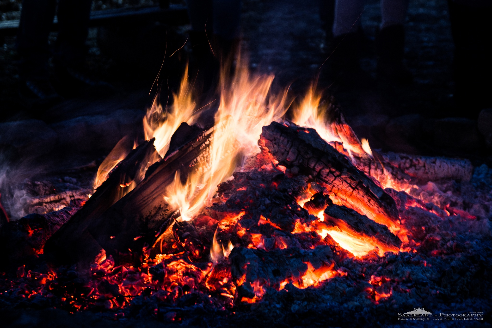 Campfire at the christmas market. by Alexander Schlotter