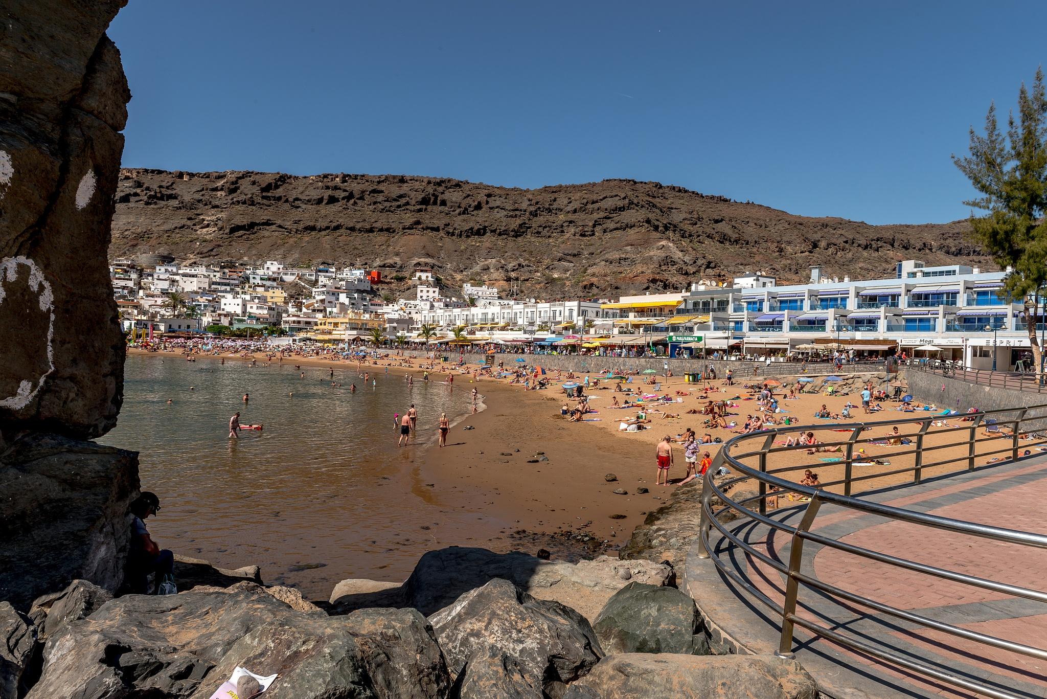 The beach at Puerto De Morgan - Gran Canaria by Hyen