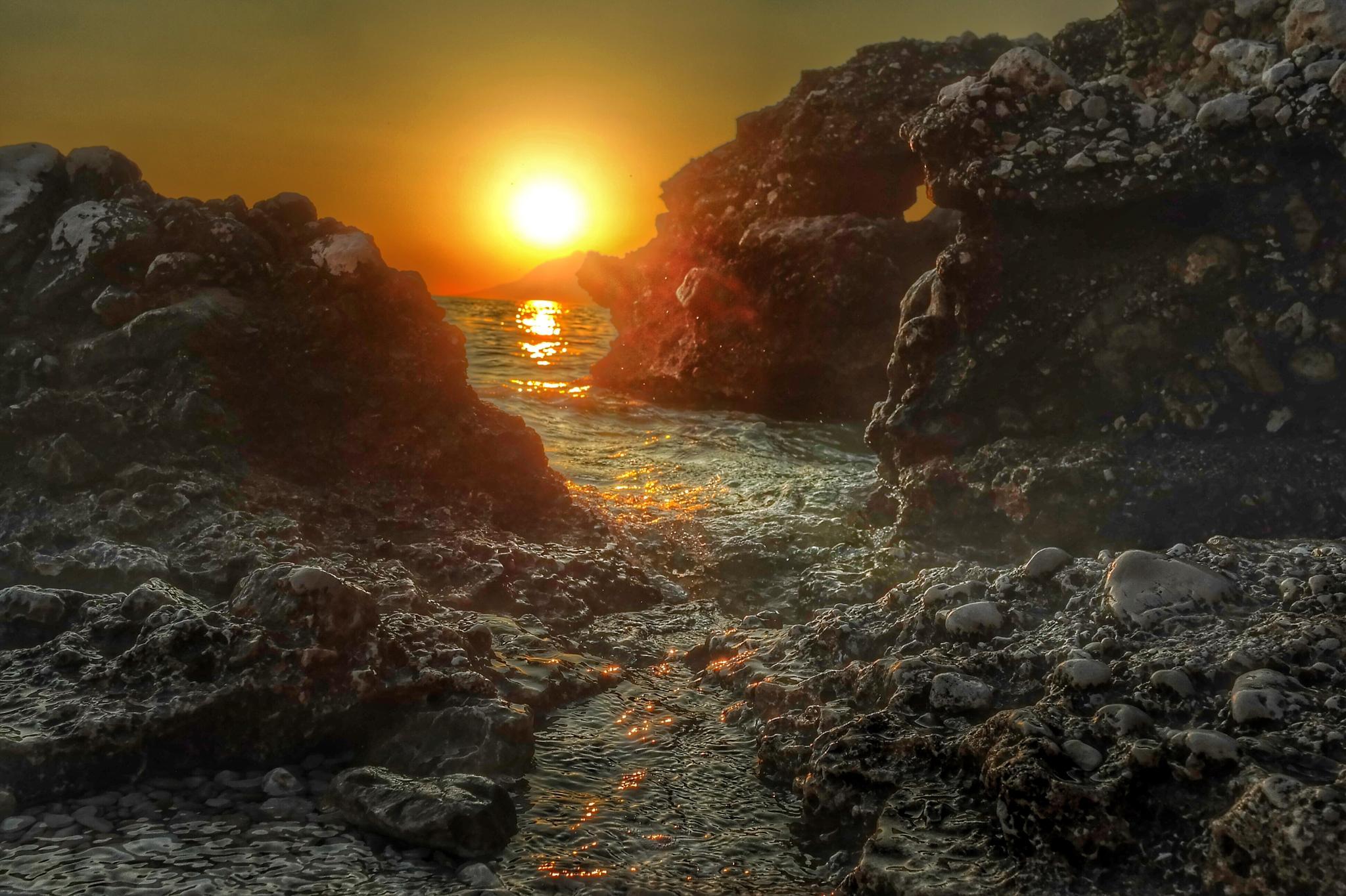Sunset over the cliffs at the beach in Baska Voda by Stefan Schnöpf