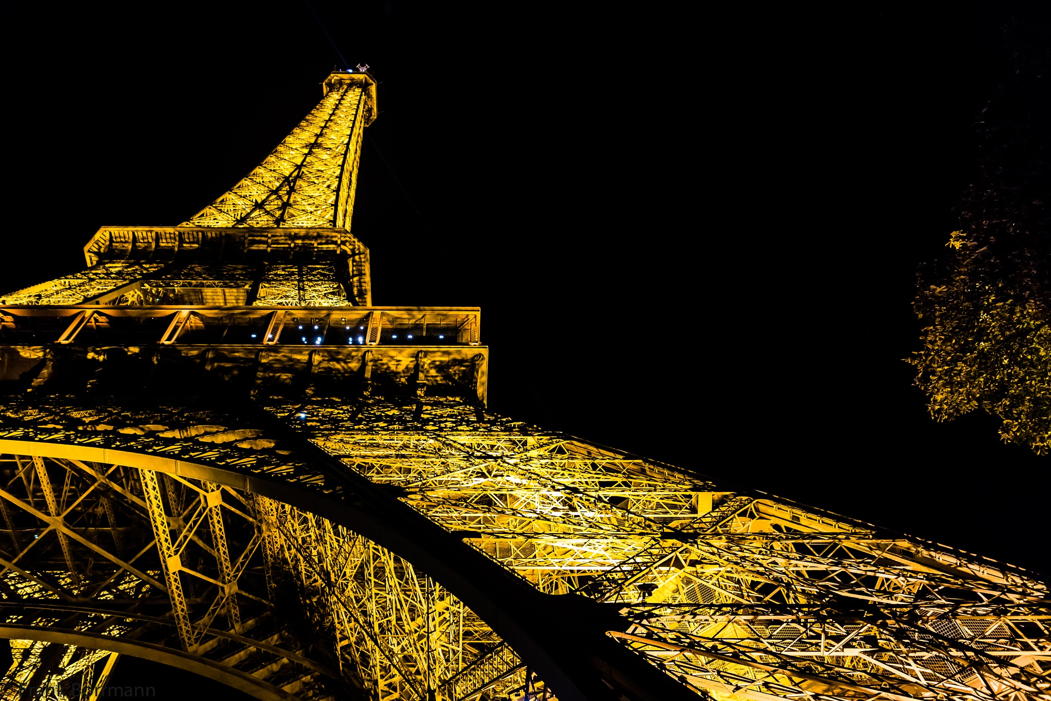 Night shoot of the Eiffel tower by FraBo