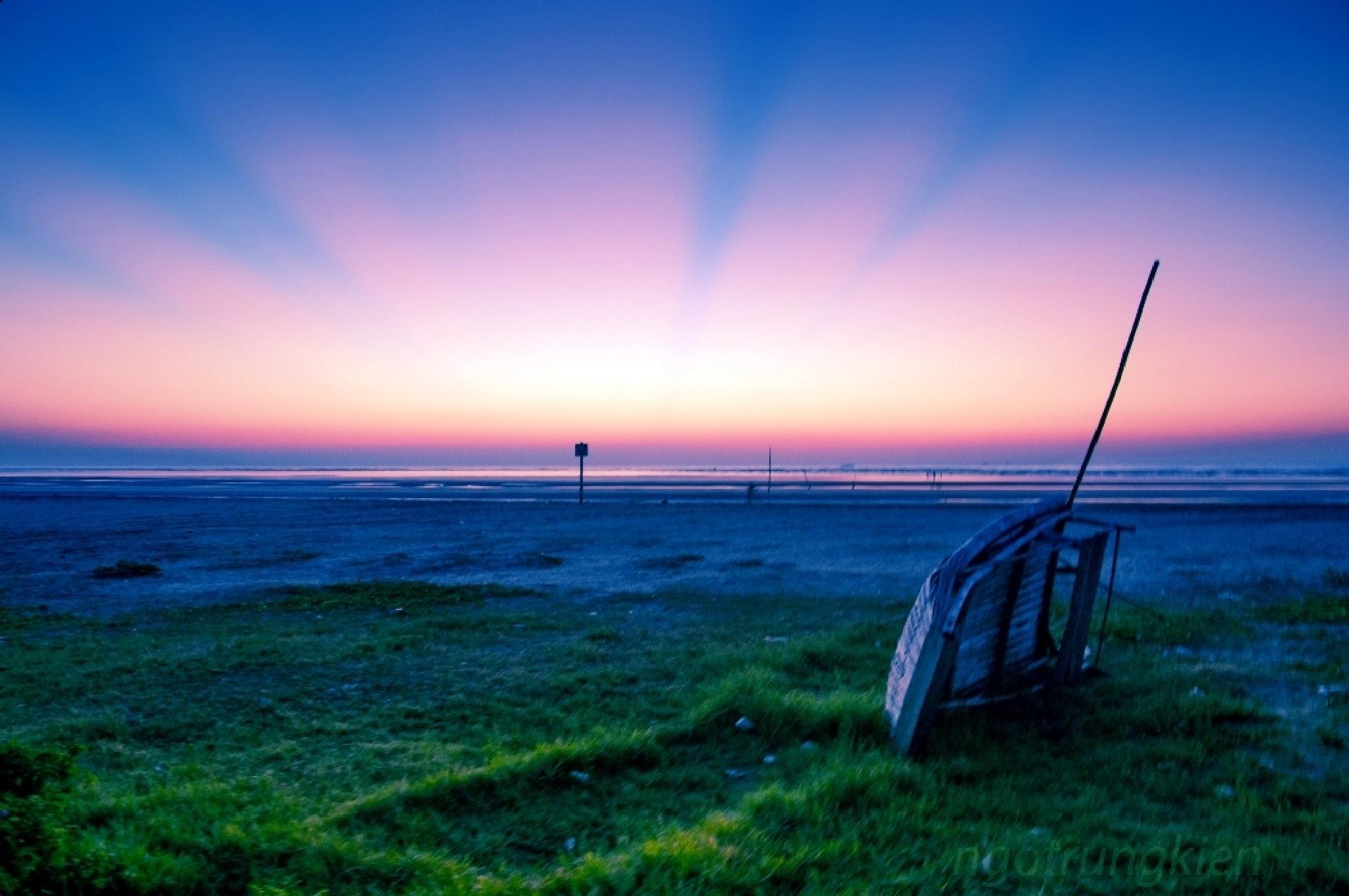 forgoten boat on the beach by kienngotrung18