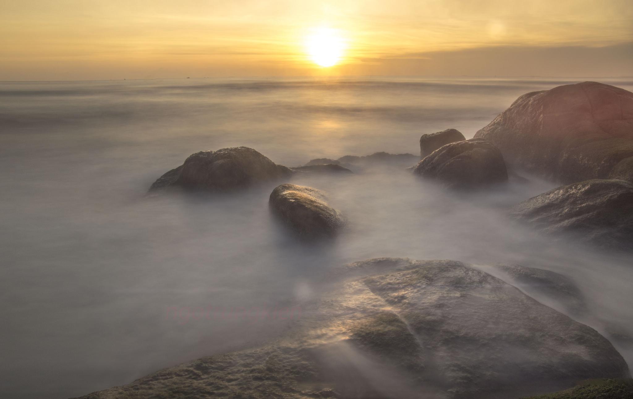 sunrise in the sea  by kienngotrung18