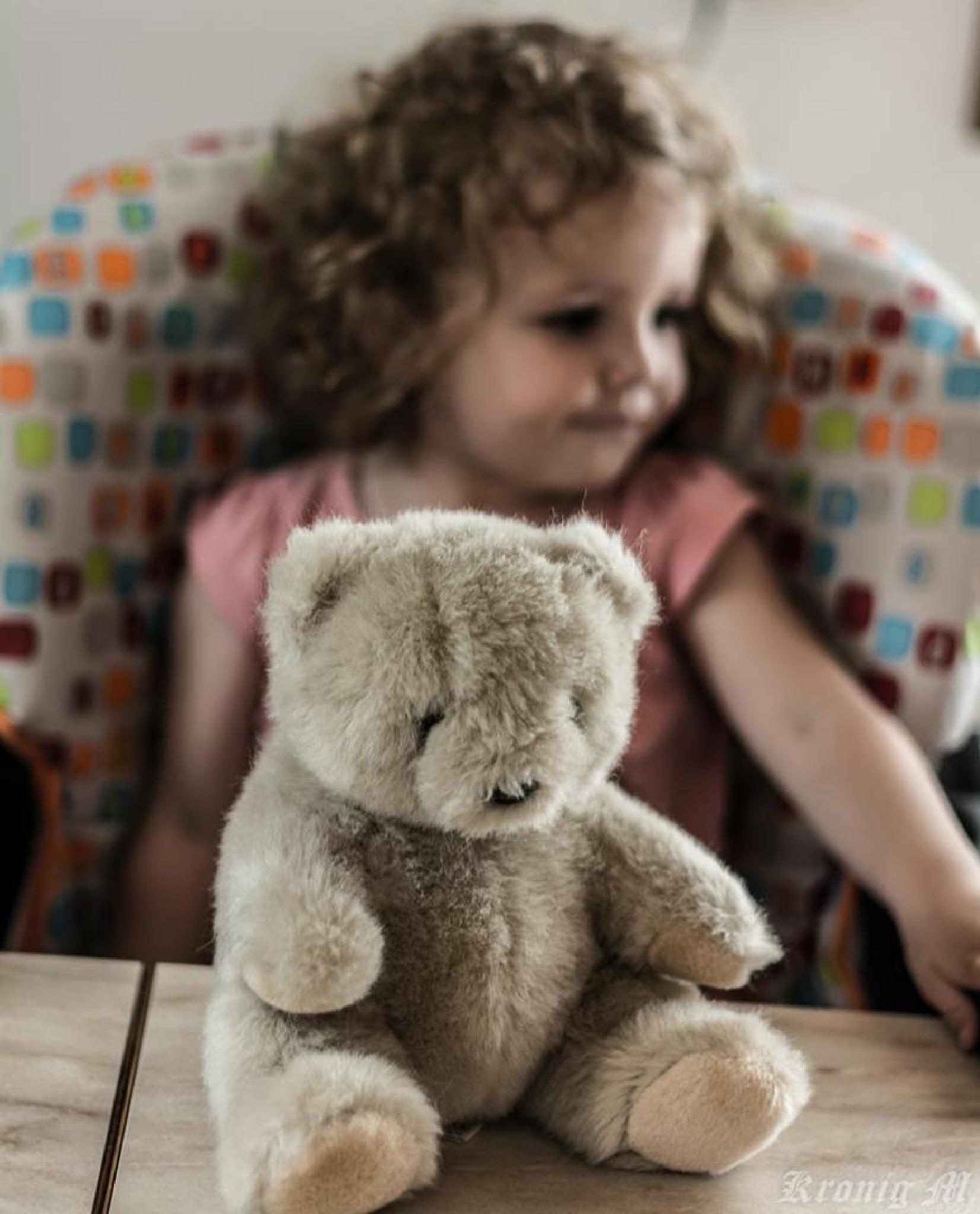Bear with Girl by Kronig Fotografie