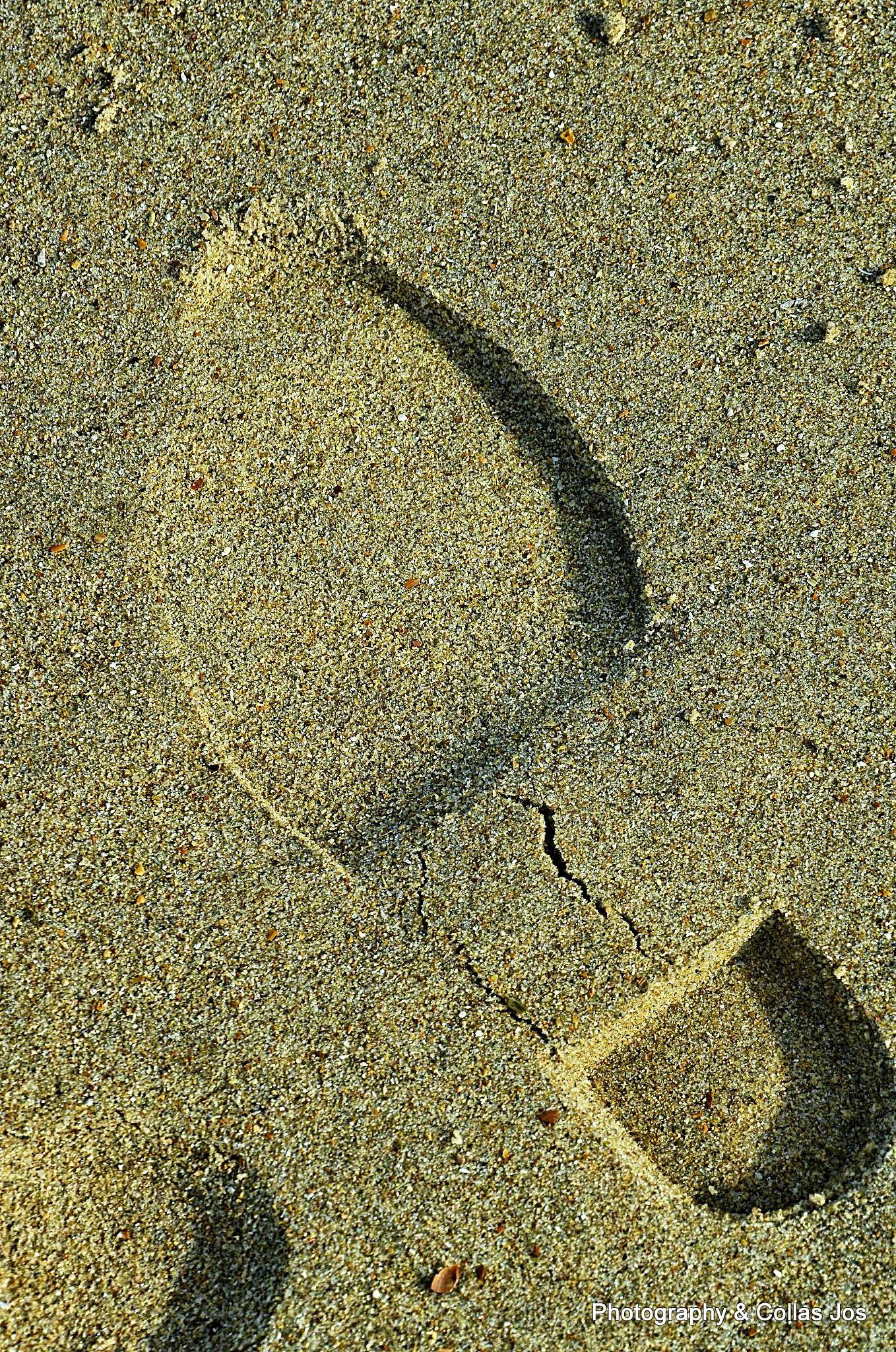 Voetafdruk in het zeezand by Collas Jos