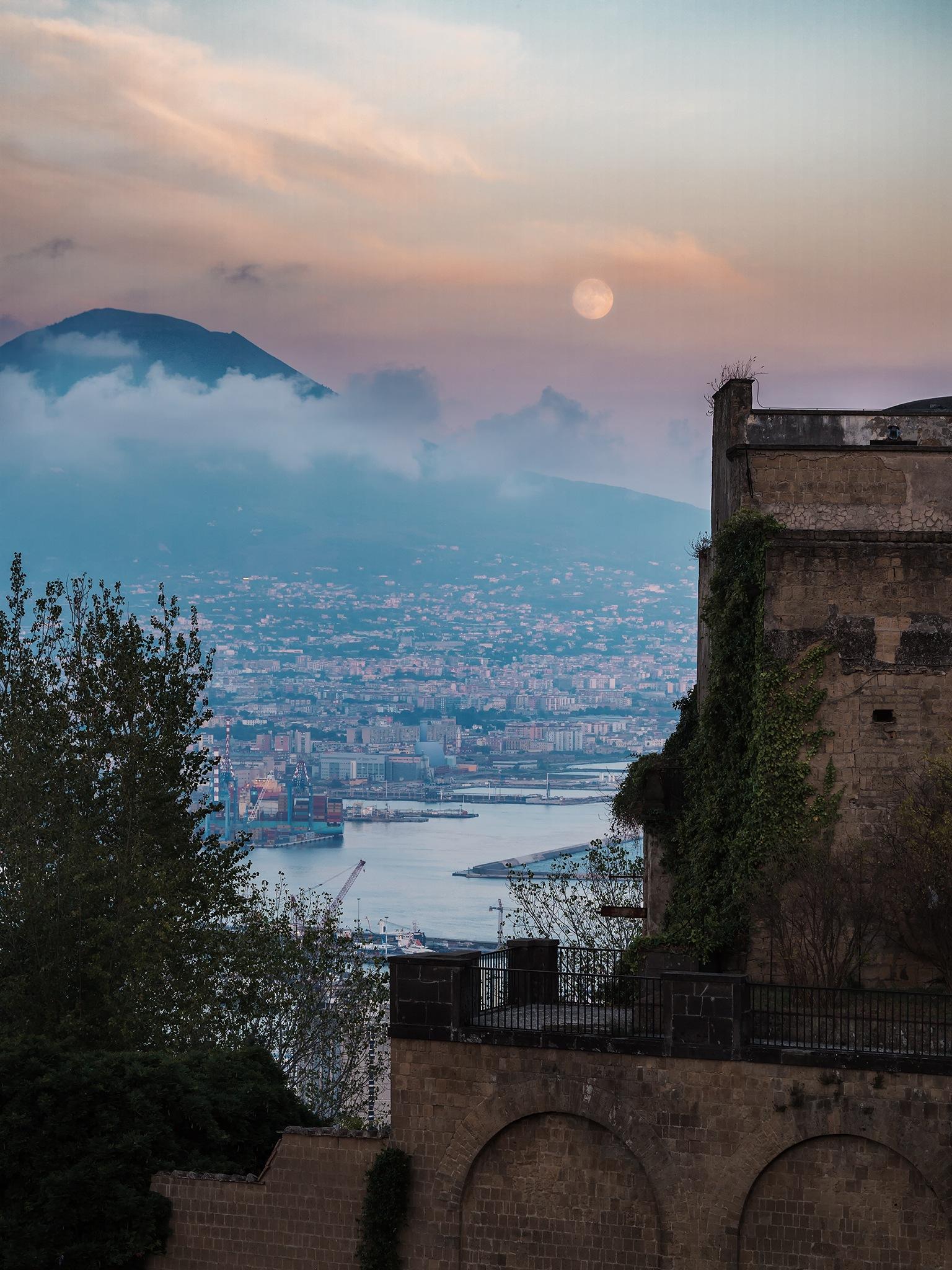 Il mare, il Vesuvio e un pò di Luna  by Gianni Russo