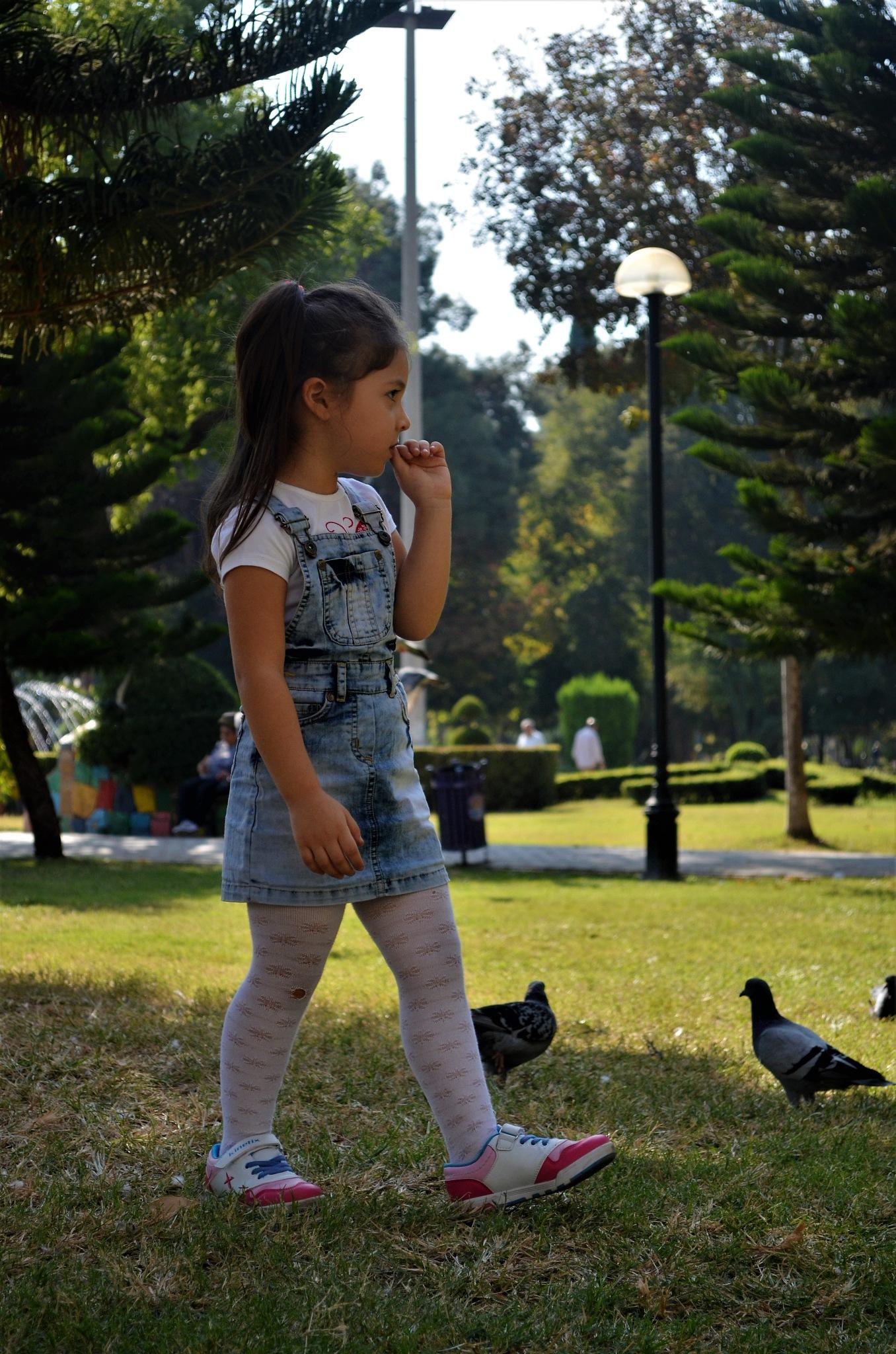 çocuk ve kuşlar. by Zeki Durak