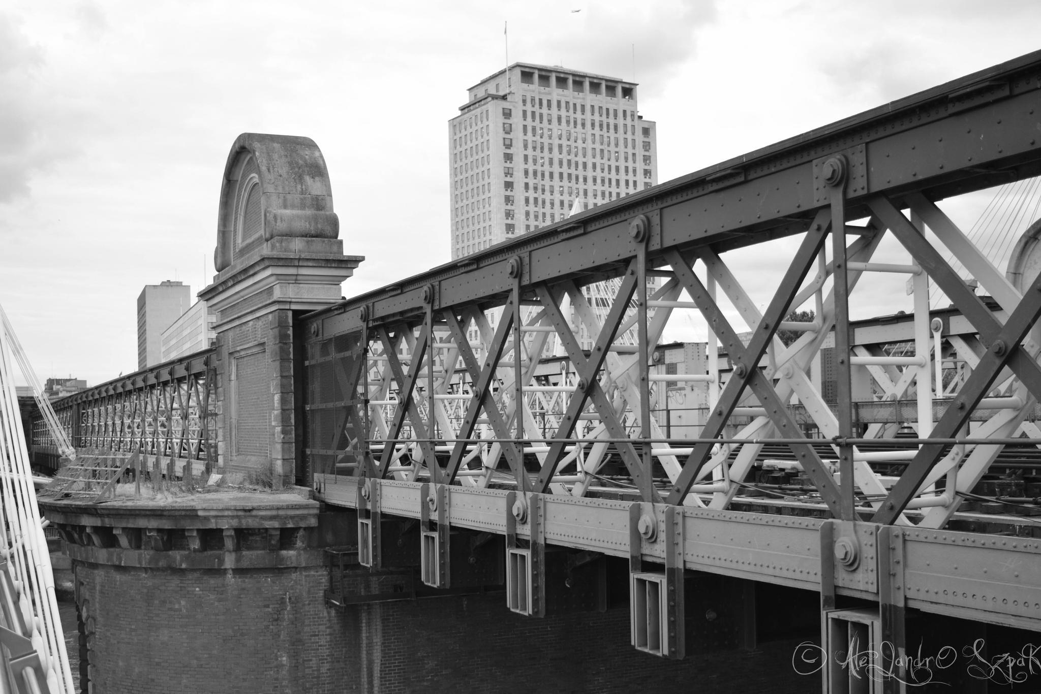 A bridge in London by Alejandro Szpak