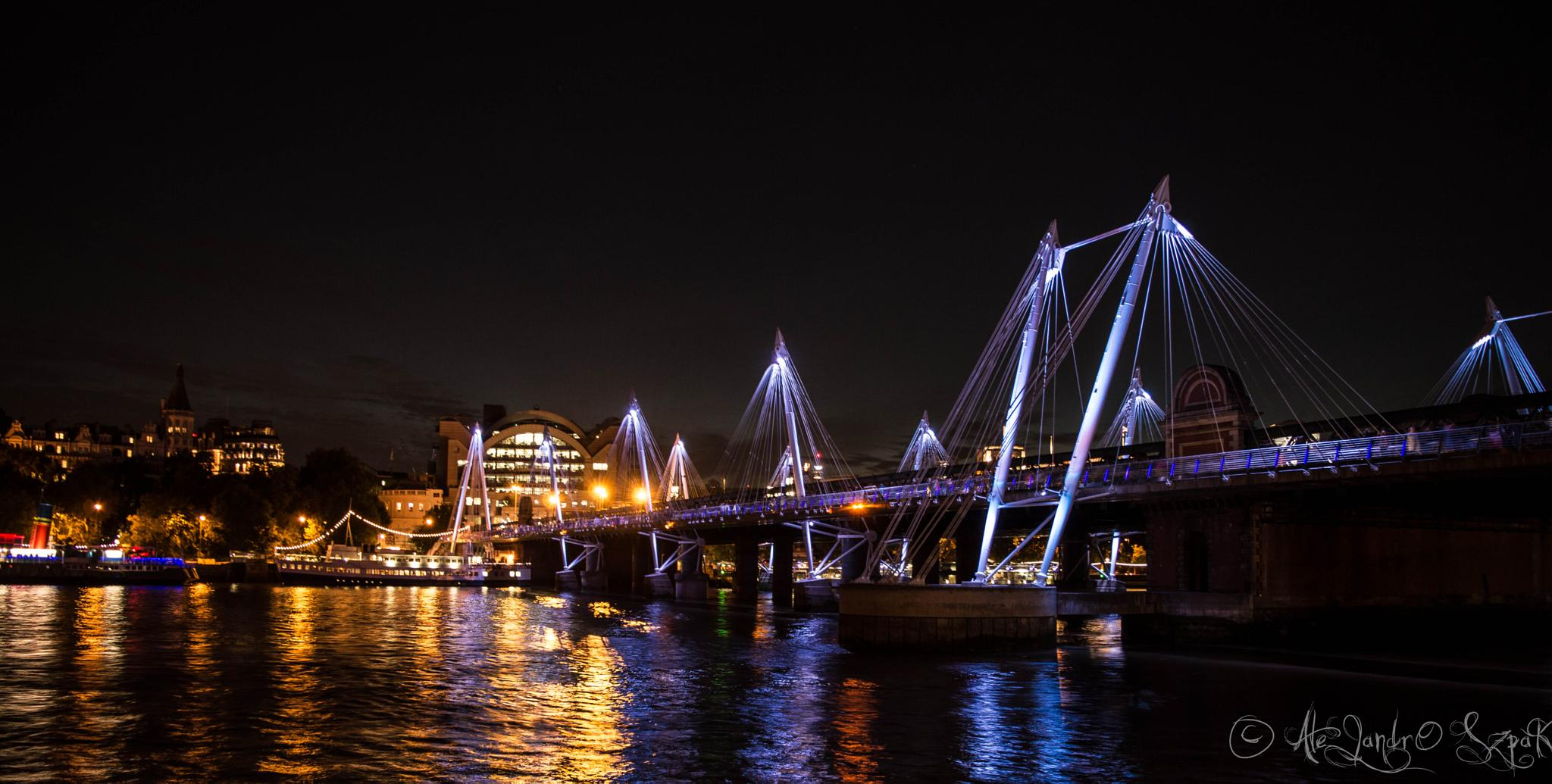 Hungerford Bridge at night by Alejandro Szpak