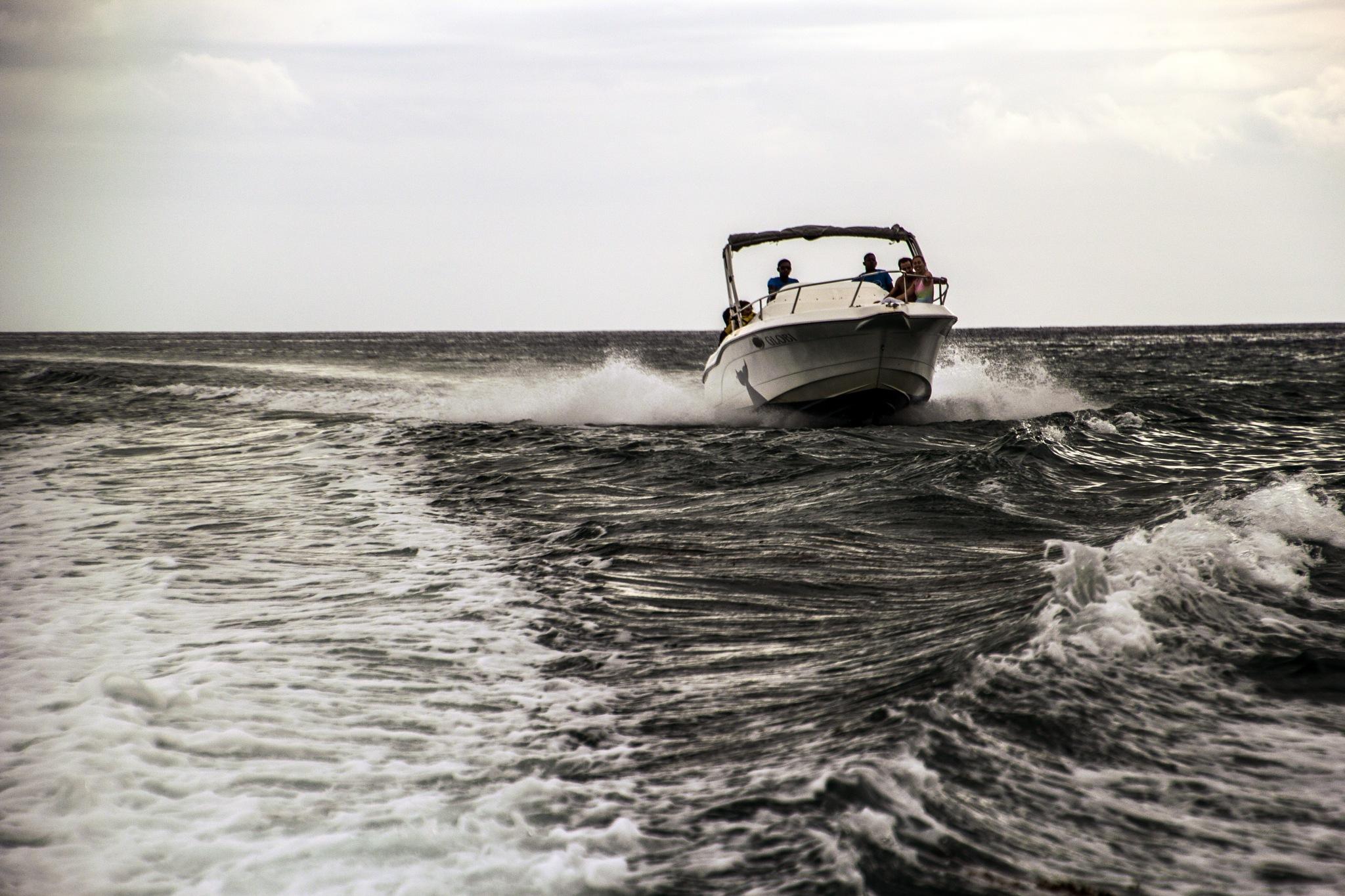 Riding the wake by Nauta Piscatorque