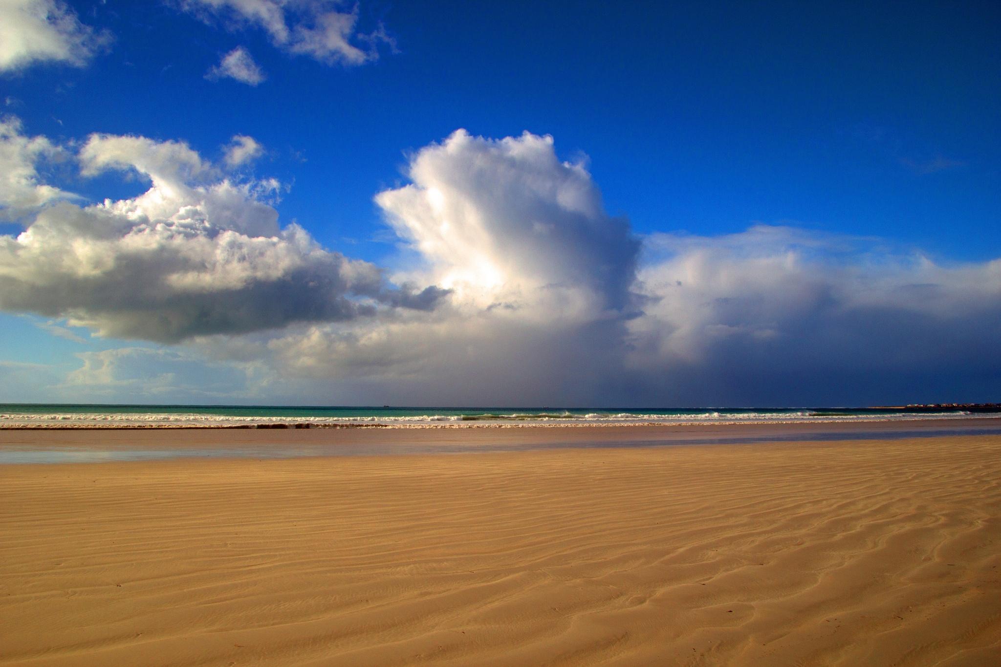 Cloud over sea by Nauta Piscatorque