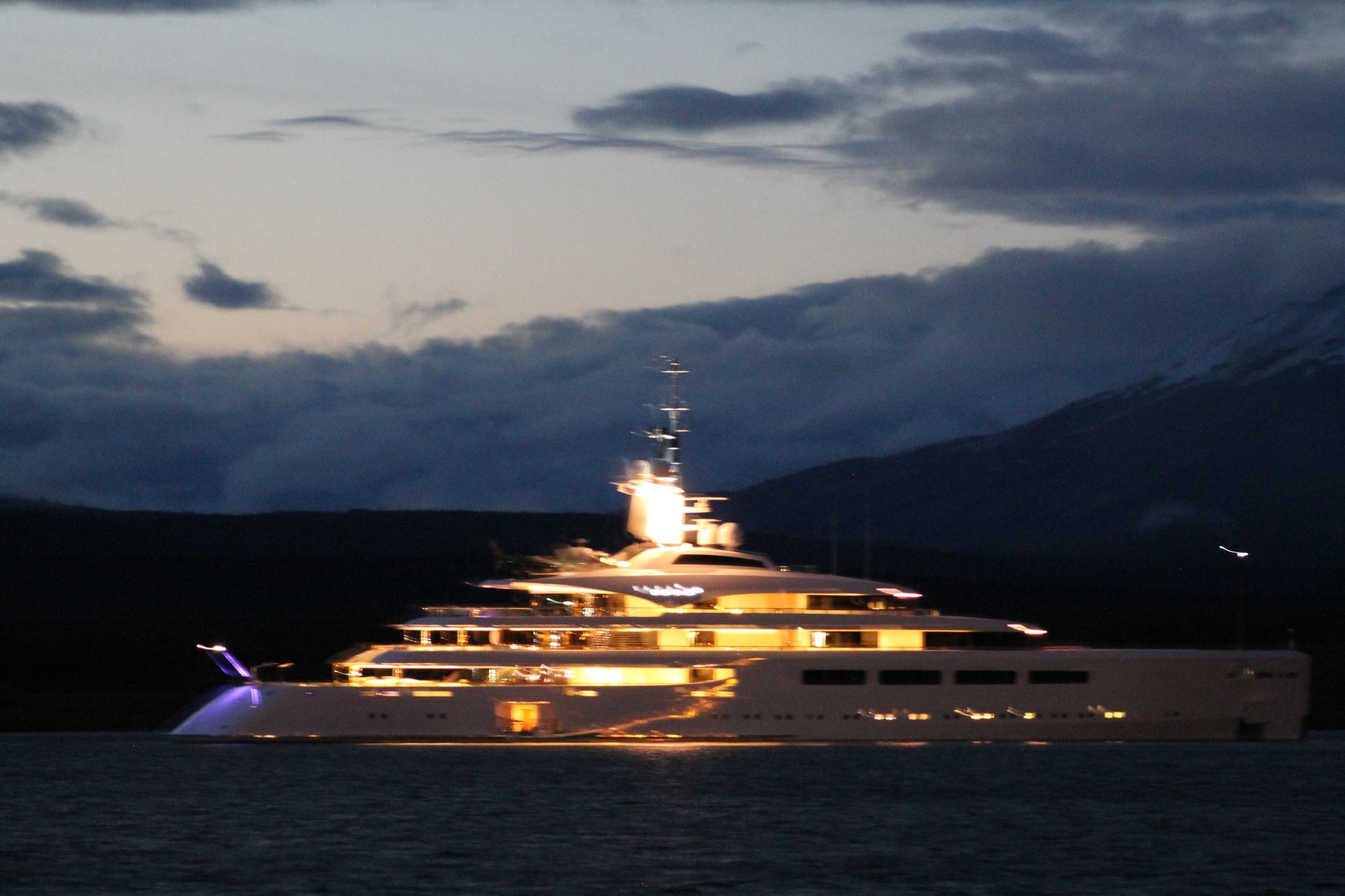 La nave posada  sobre el fiordo  by FabiolaQuinterosZamora