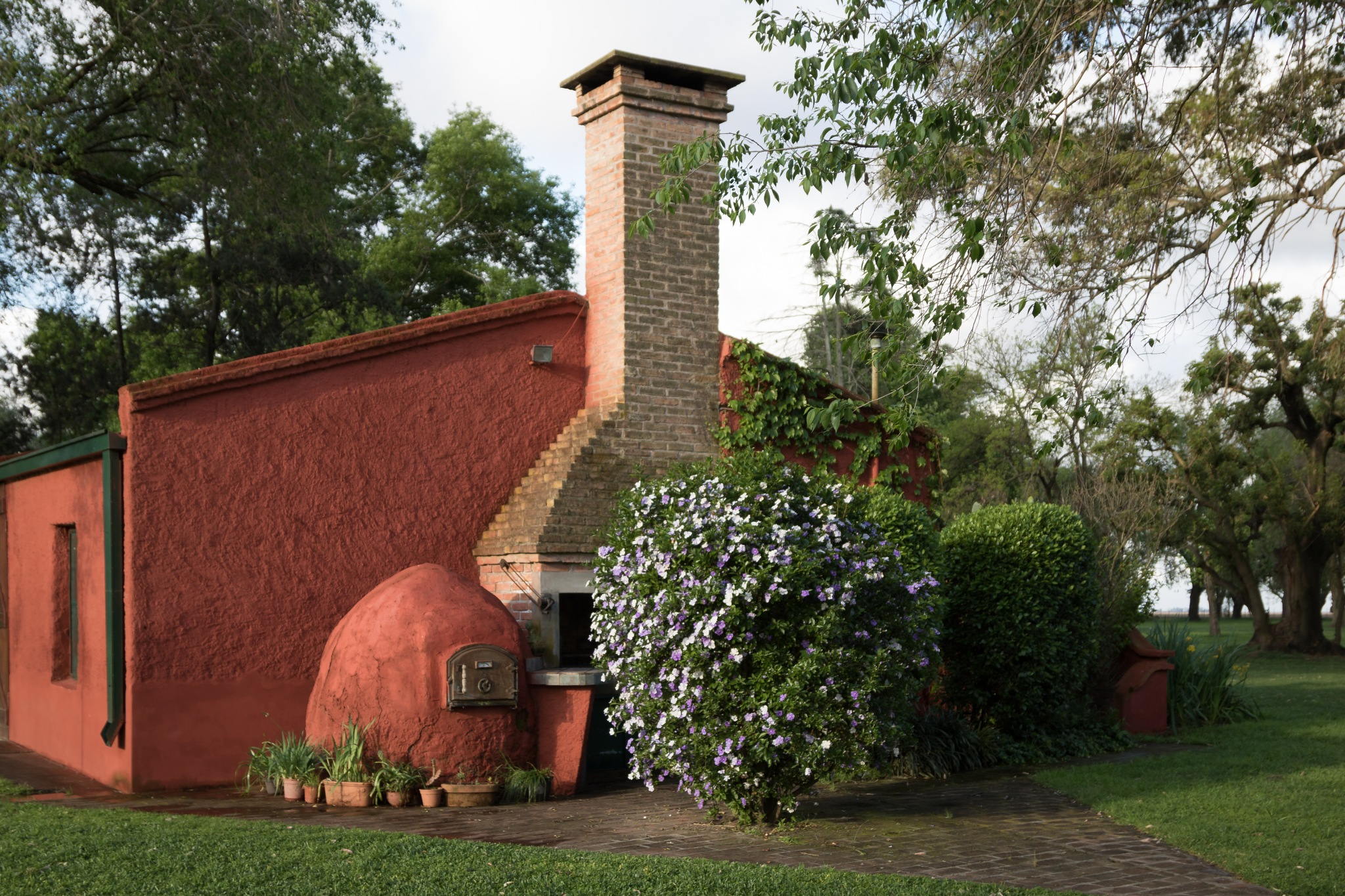 Old clay oven by Roberto Justo Robiolo