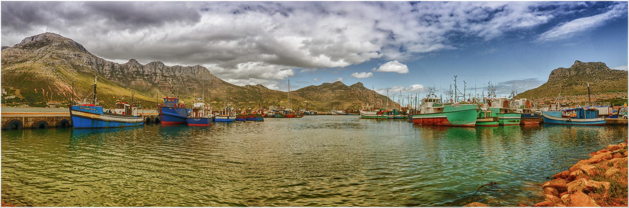 Hout Bay Harbour by alexiusvanderwesthuizen