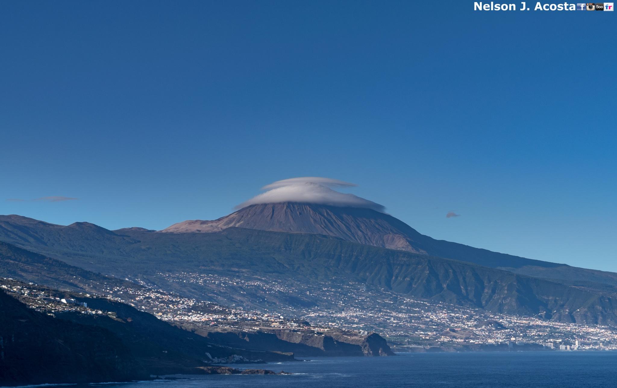 Doble sombrero en el Teide by Nelson J. Acosta