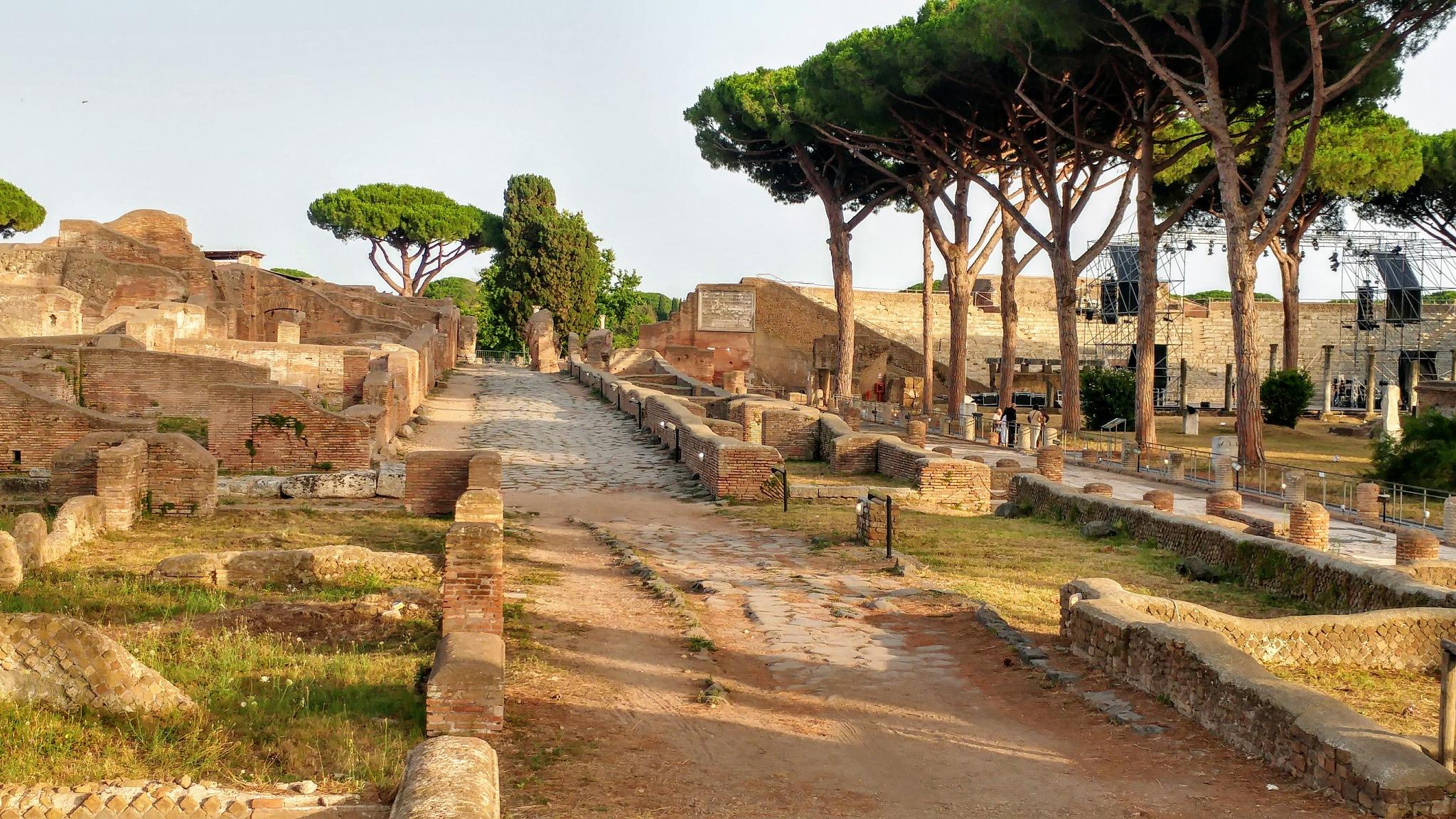 strada verso l'anfiteatro by Silvia Maccioni