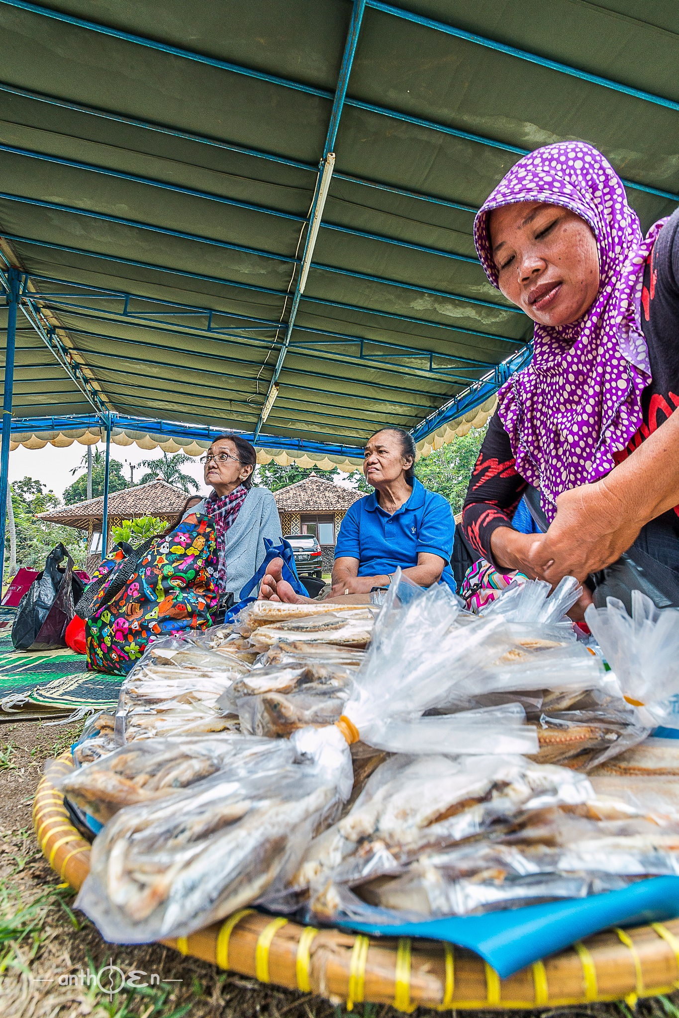Sellers anchovies that are characteristic souvenirs of Anyer Beach by Anthoen Luciferano Karnanta