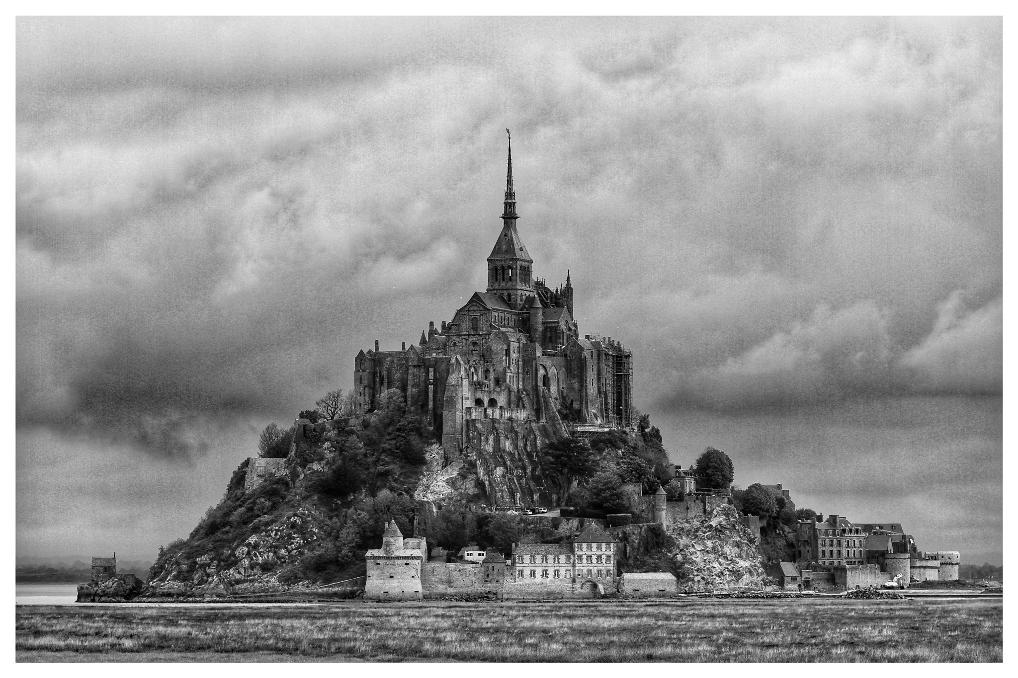 Le Mont Saint Michel  by adonismalamos1