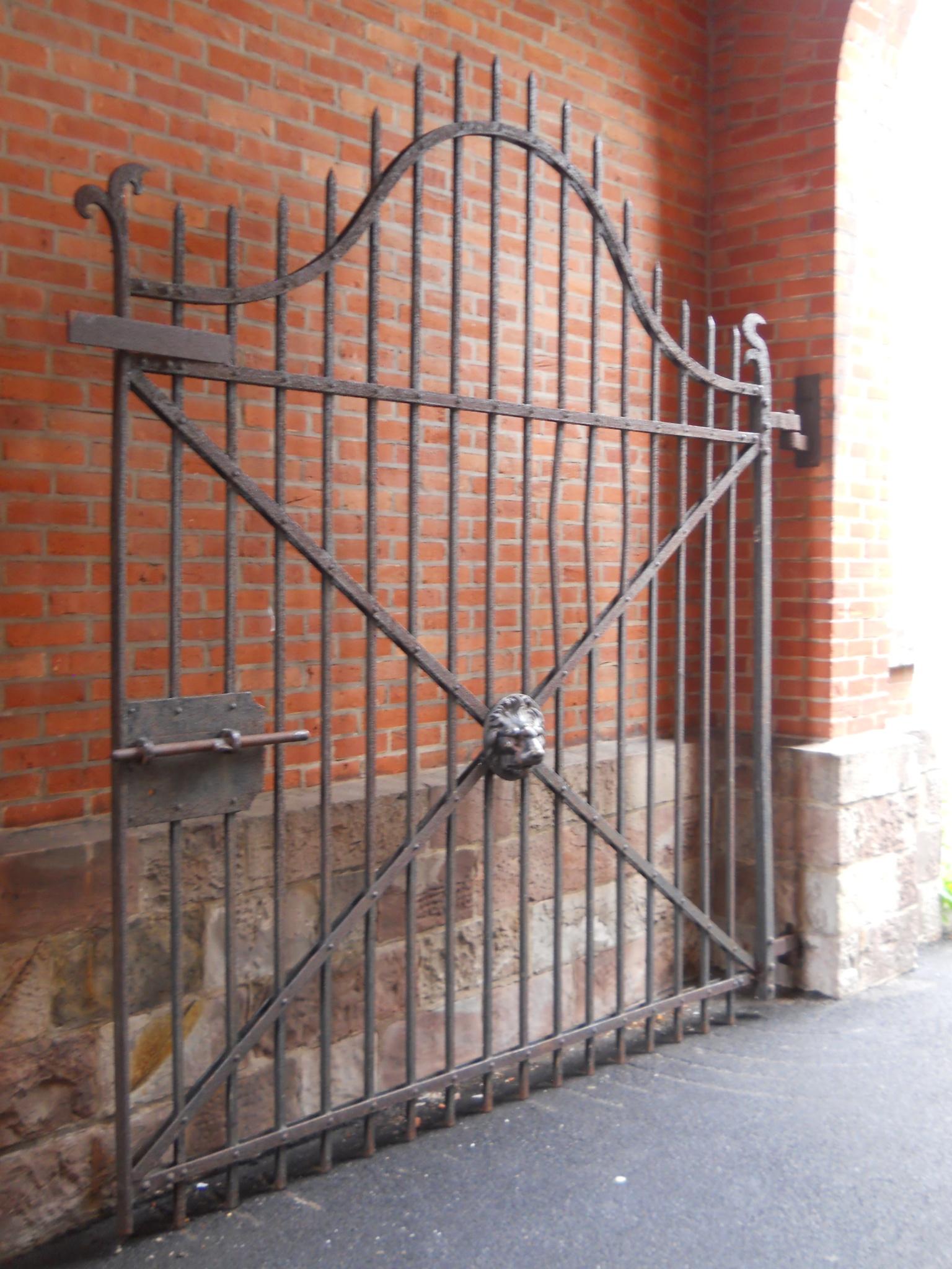 Alley Gate by VerruecktSternenkind