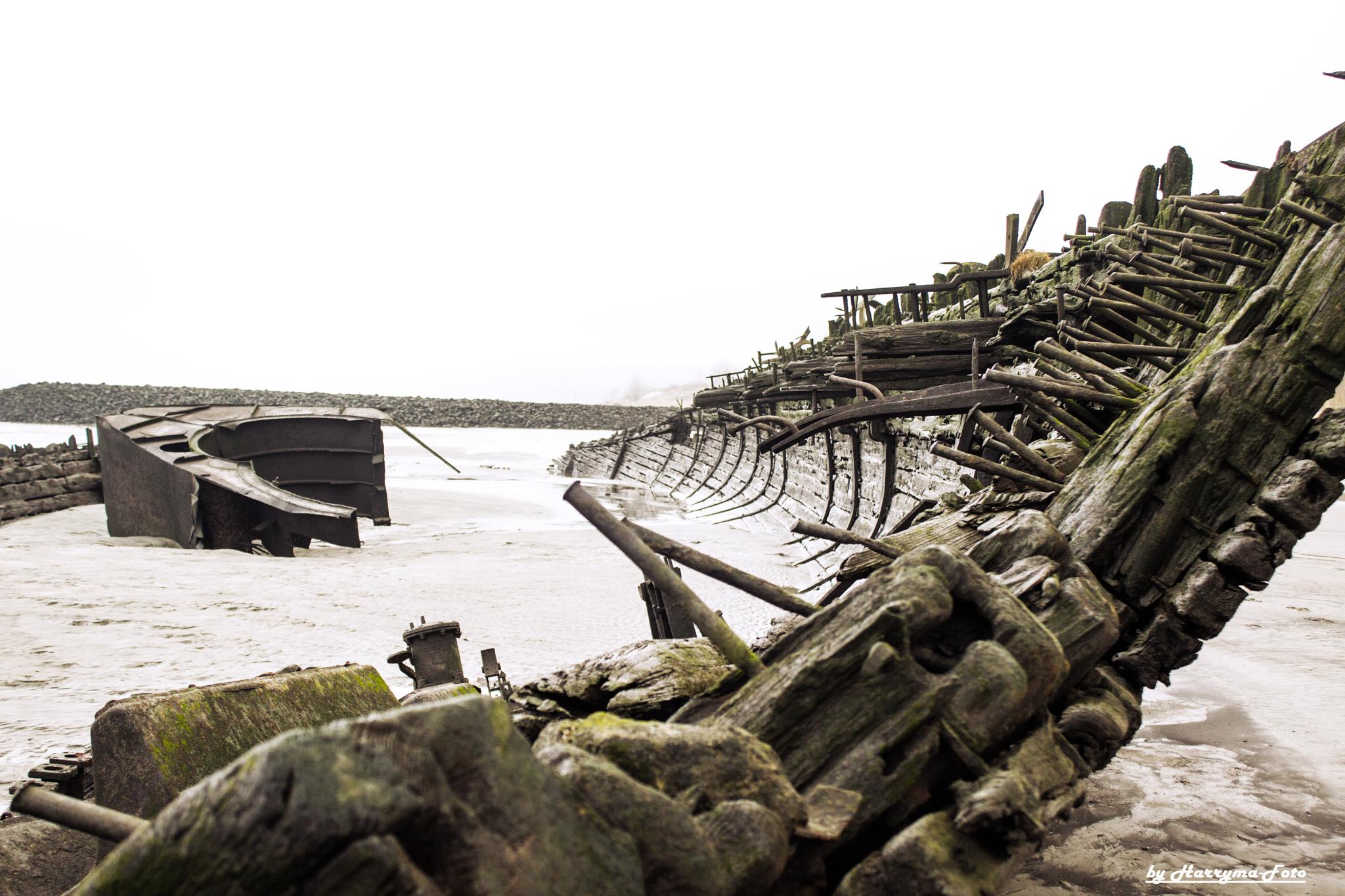 Schiffswrack by haraldkleiner