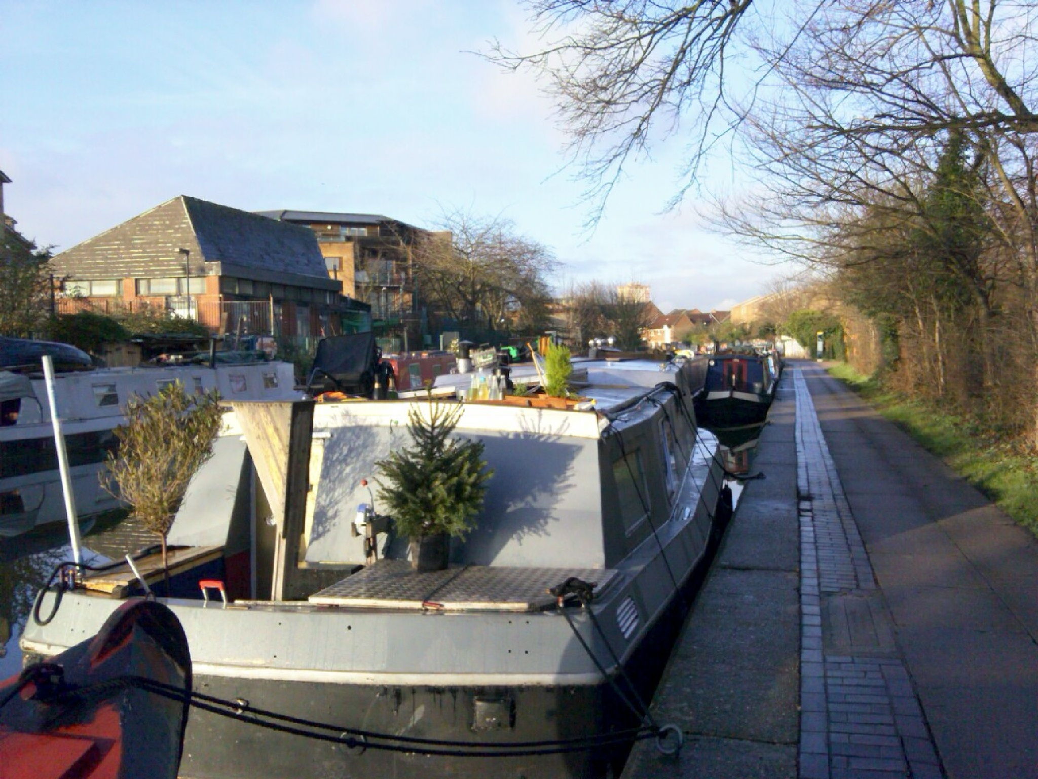 A PRETTY LOOKlNG BOAT HOME BY THE CANAL, LONDON / UK by Akin Saner