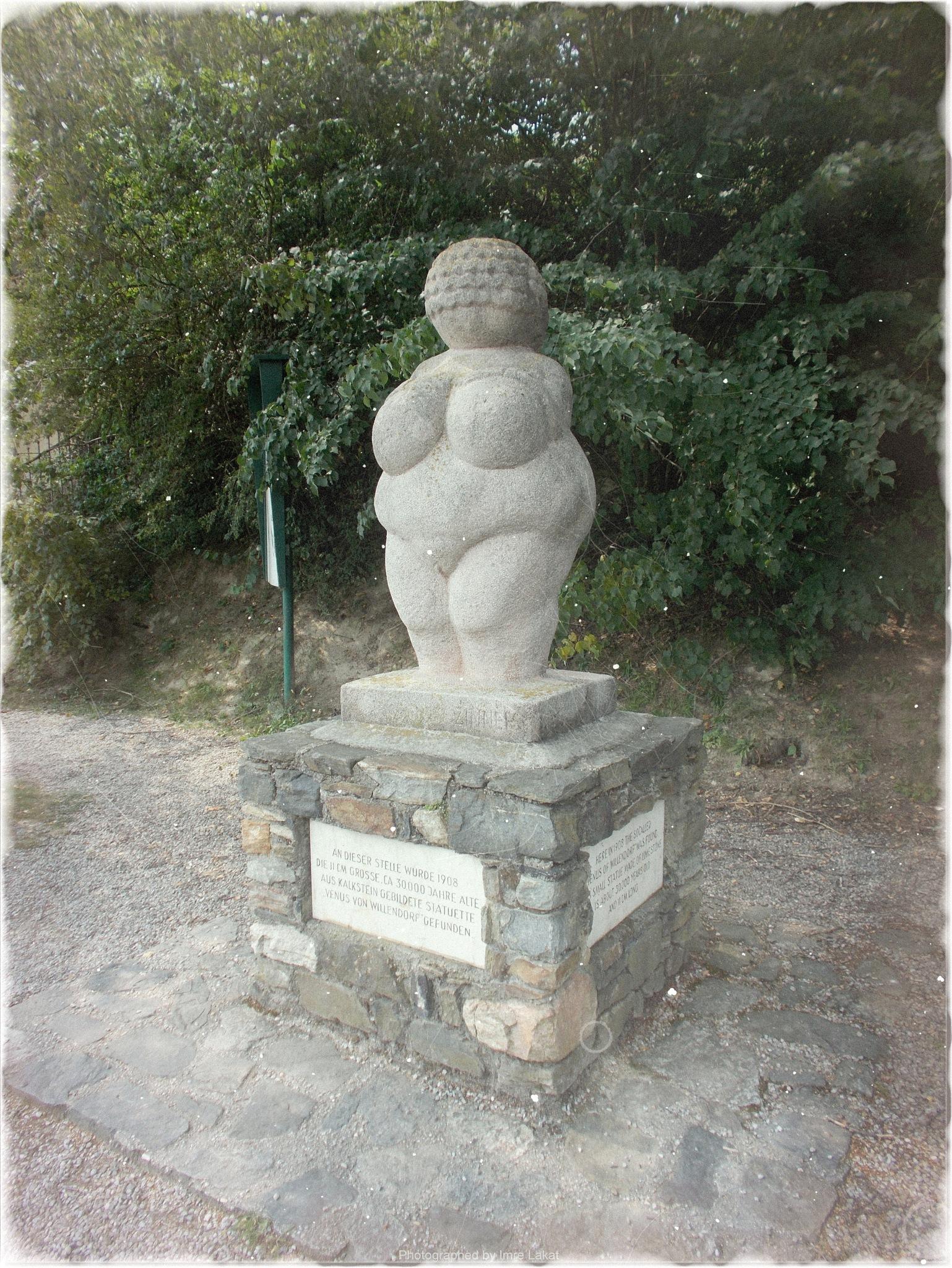 Venus von Willendorf - Fundstätte by Imre Lakat